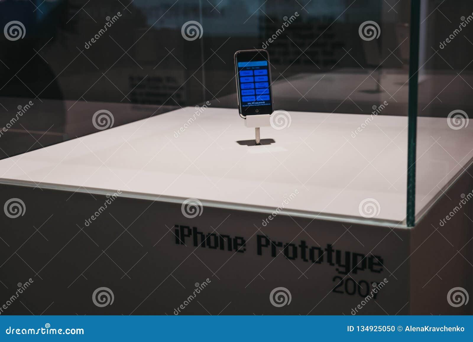 在展览的IPhone原型在苹果计算机博物馆里面在布拉格,捷克