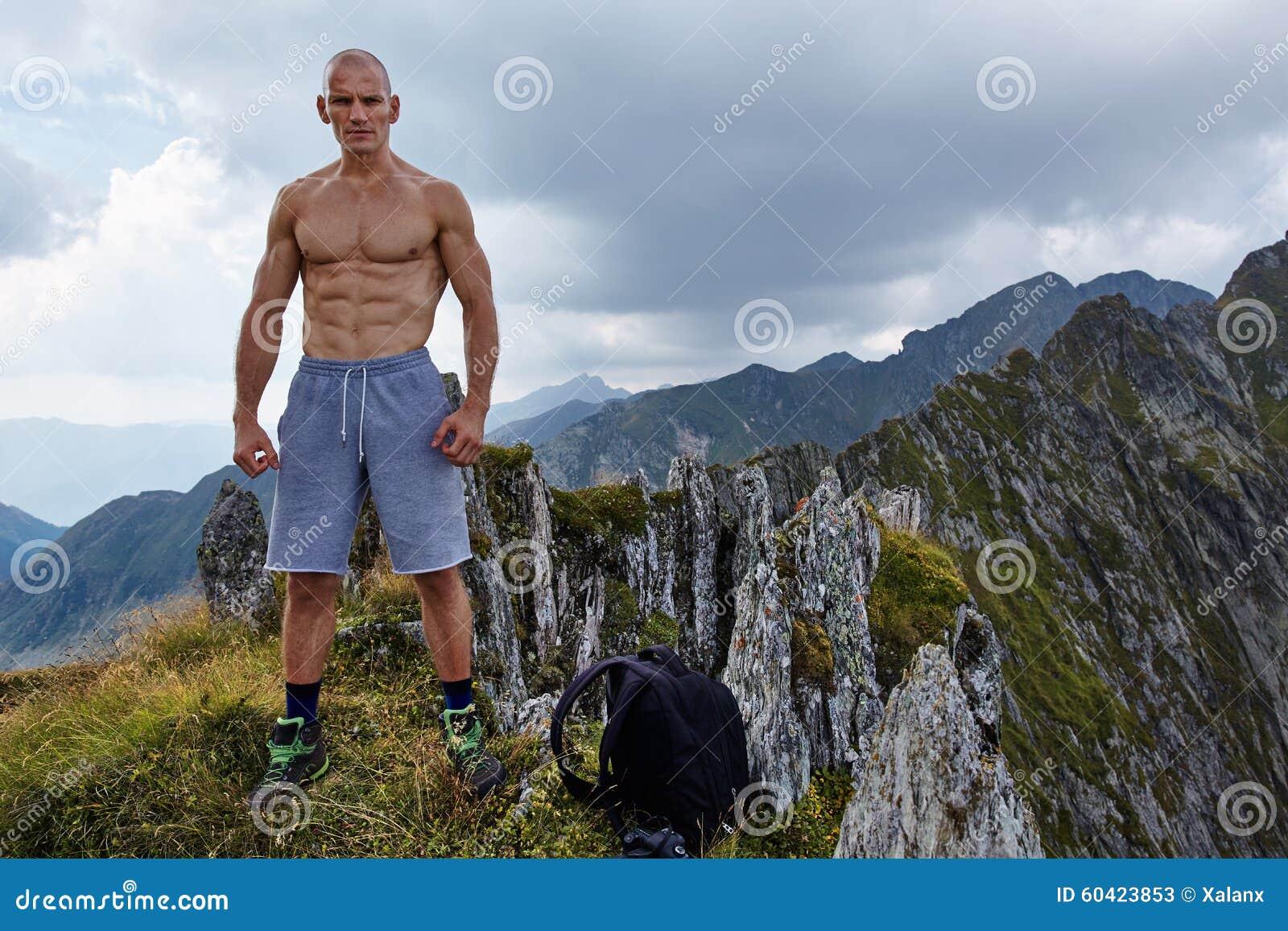 在山上面的赤裸上身的运动人