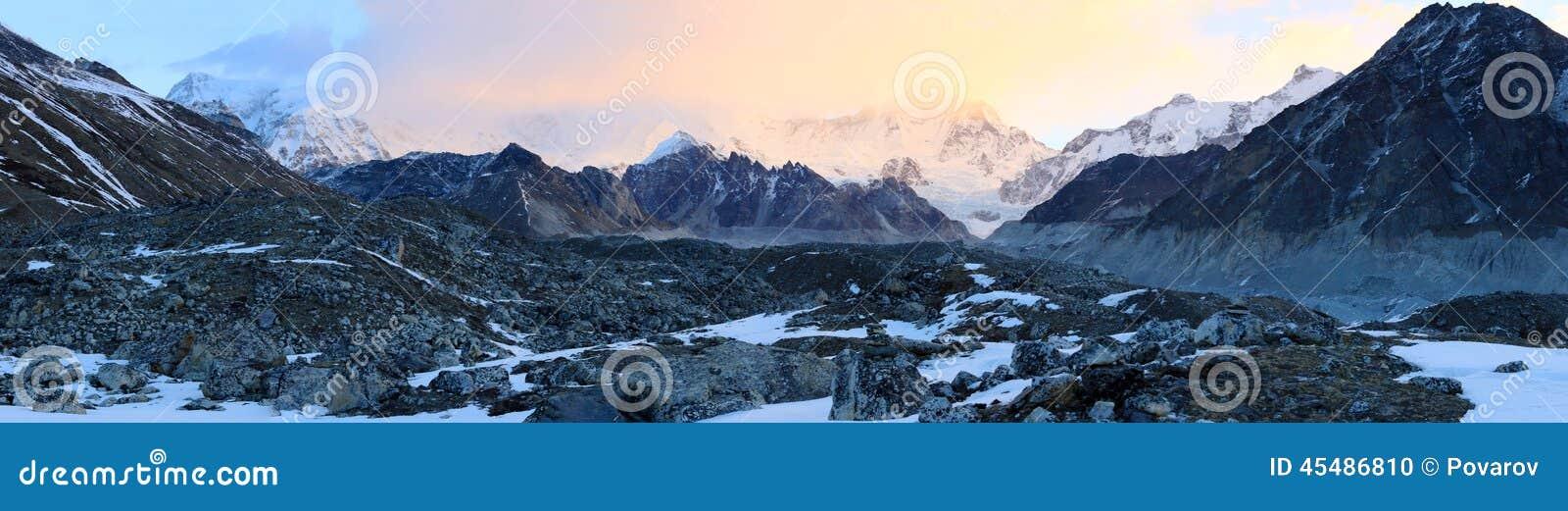 在山卓奥友峰,喜马拉雅山的日出