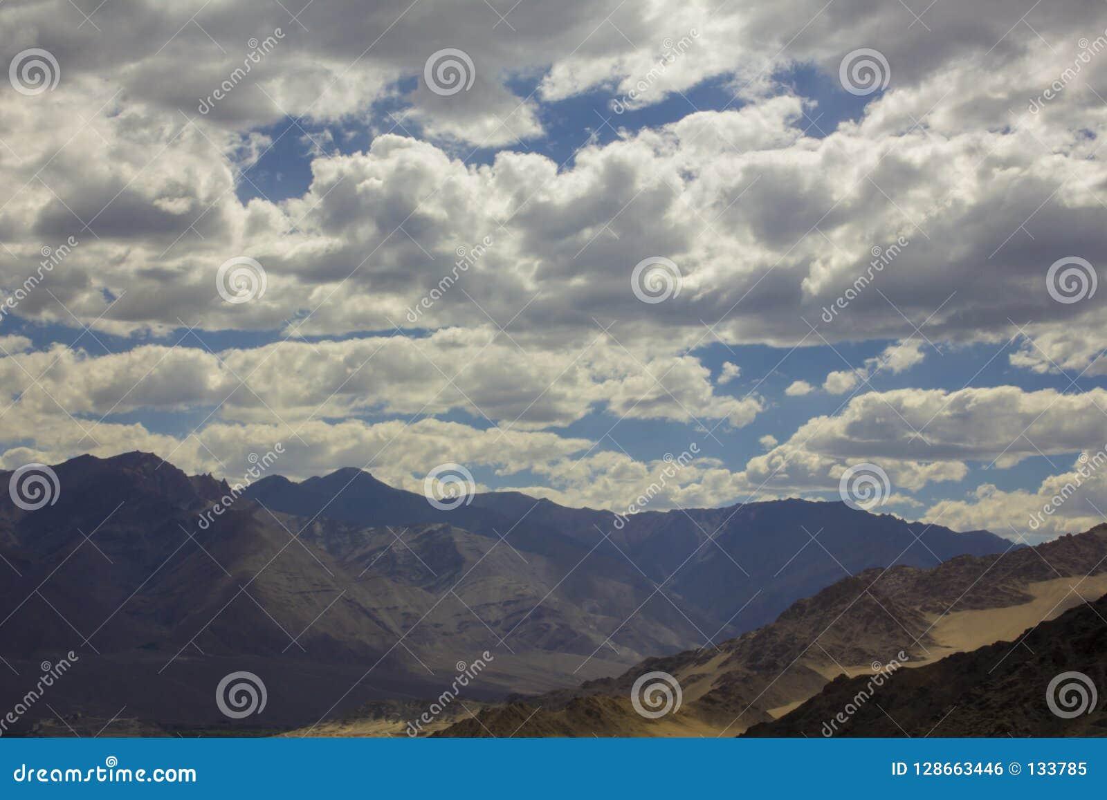 在山和云彩阴影的美丽的阴云密布