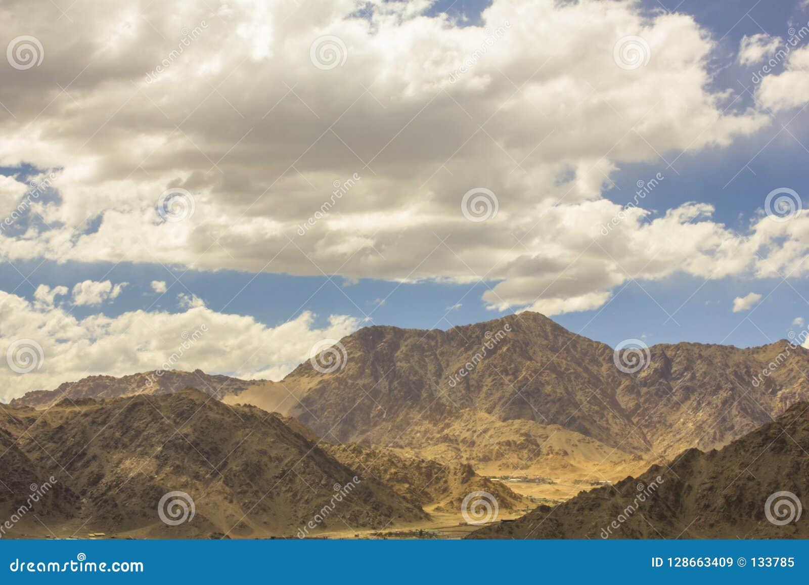 在山沙漠的美丽的阴云密布