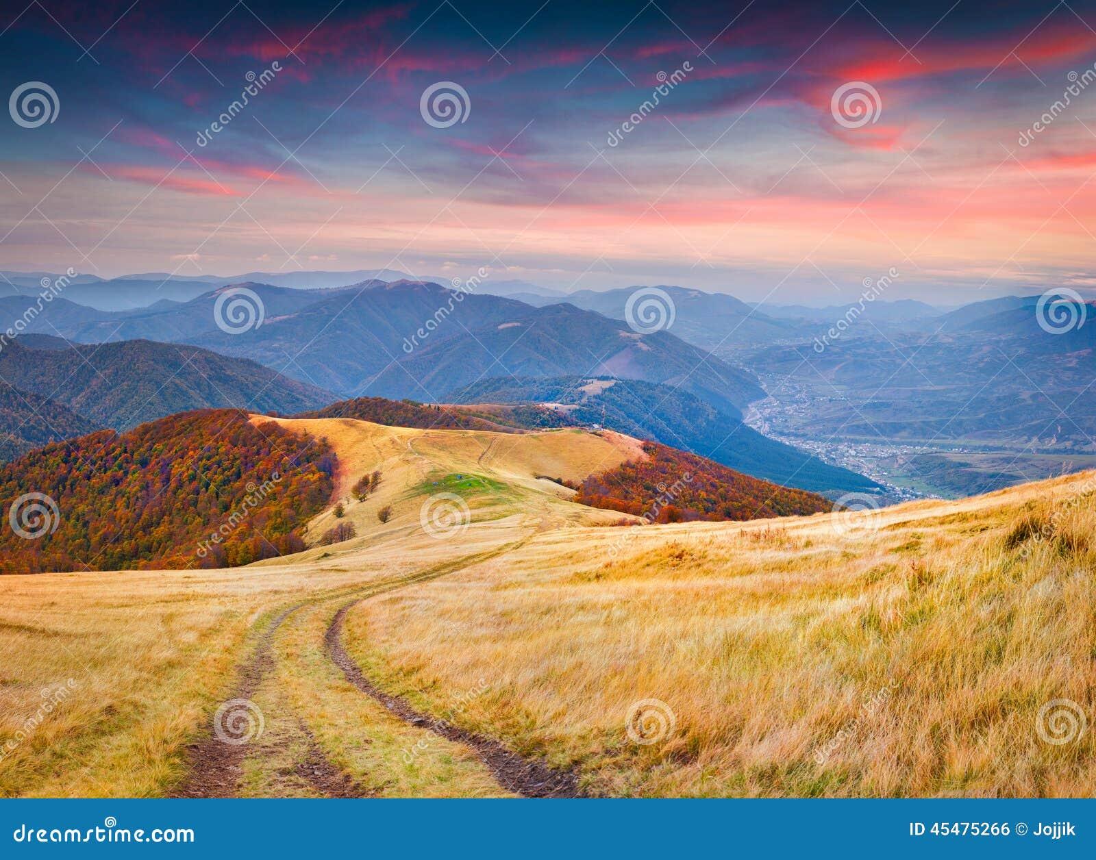 在山的五颜六色的秋天日出