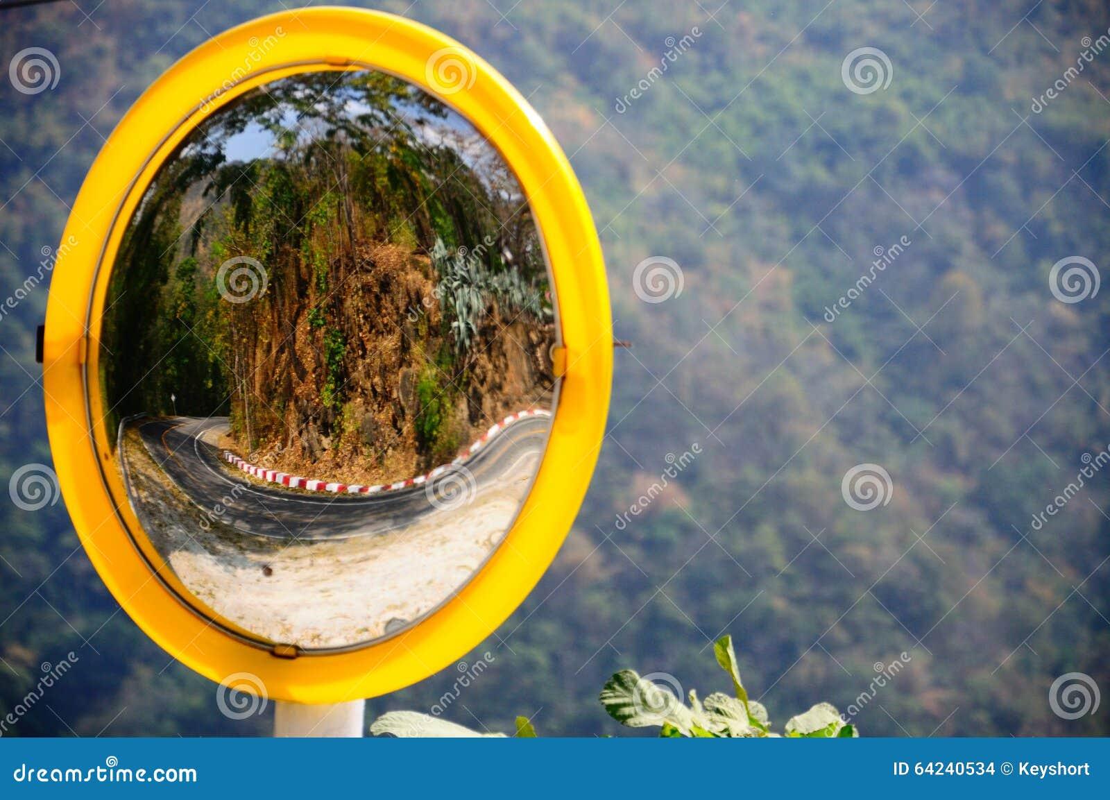 在山的凸镜反射的路曲线在泰国.