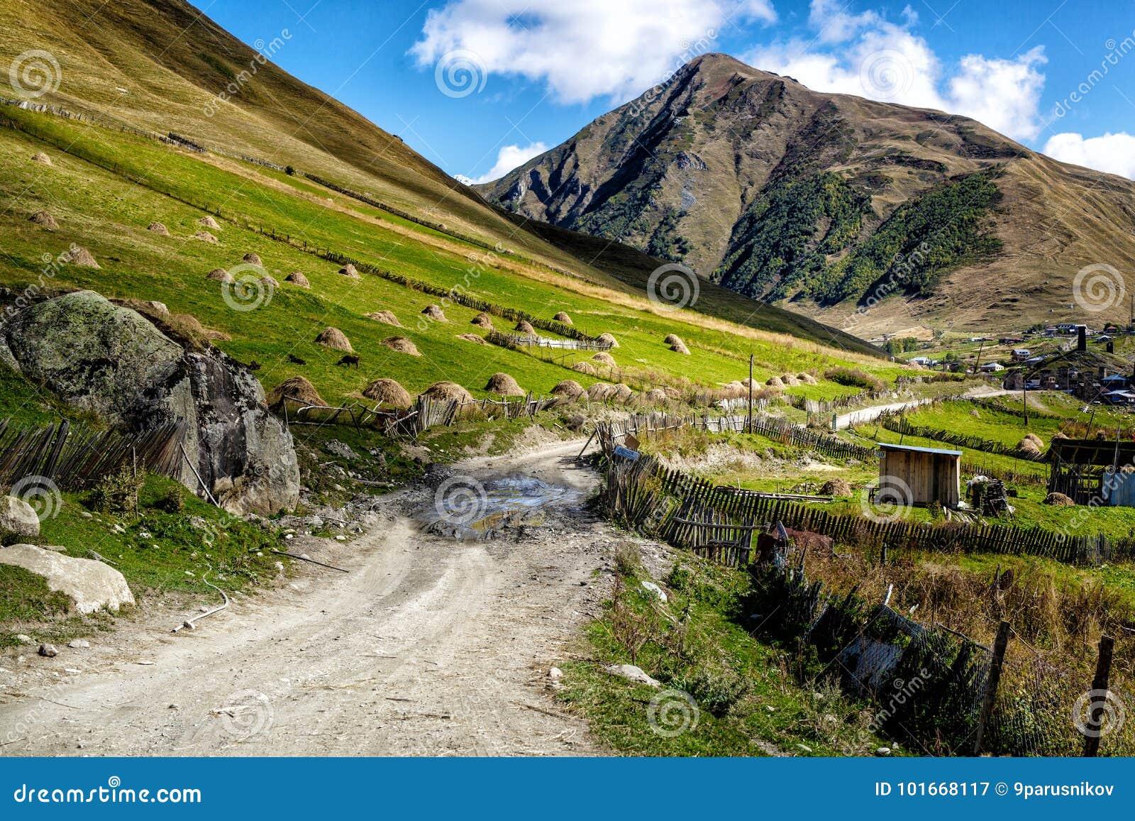 在山的土石渣打破的路