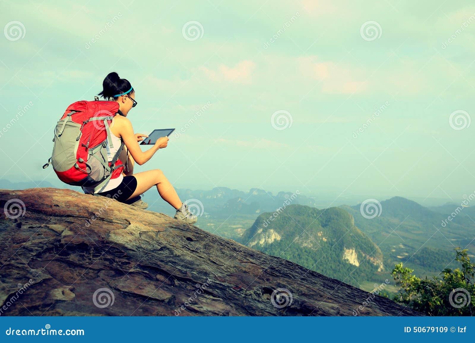 Download 在山的妇女远足者用途数字式片剂 库存图片. 图片 包括有 目的地, 高涨, backarrow, 女性, 上升 - 50679109