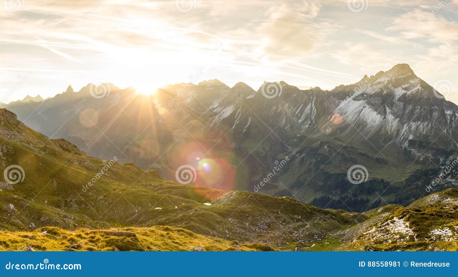 在山的惊人的日出 好的透镜火光和光束
