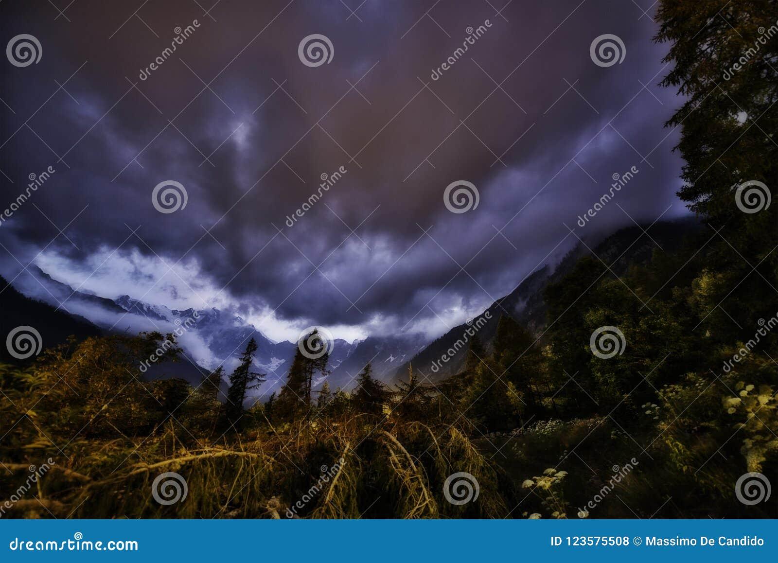 在山的日落与在天空的云彩