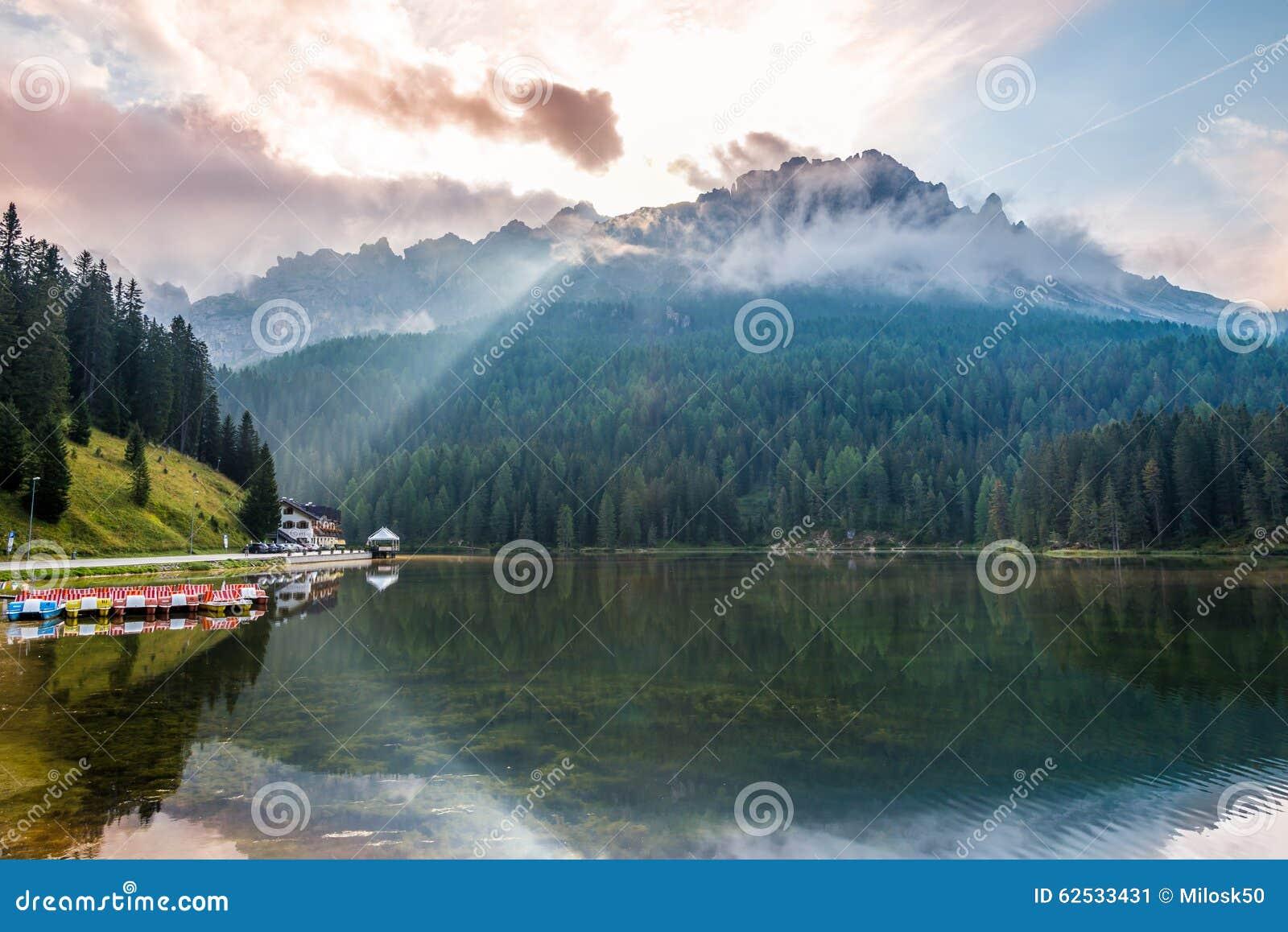 在山的早晨在Misurina湖附近