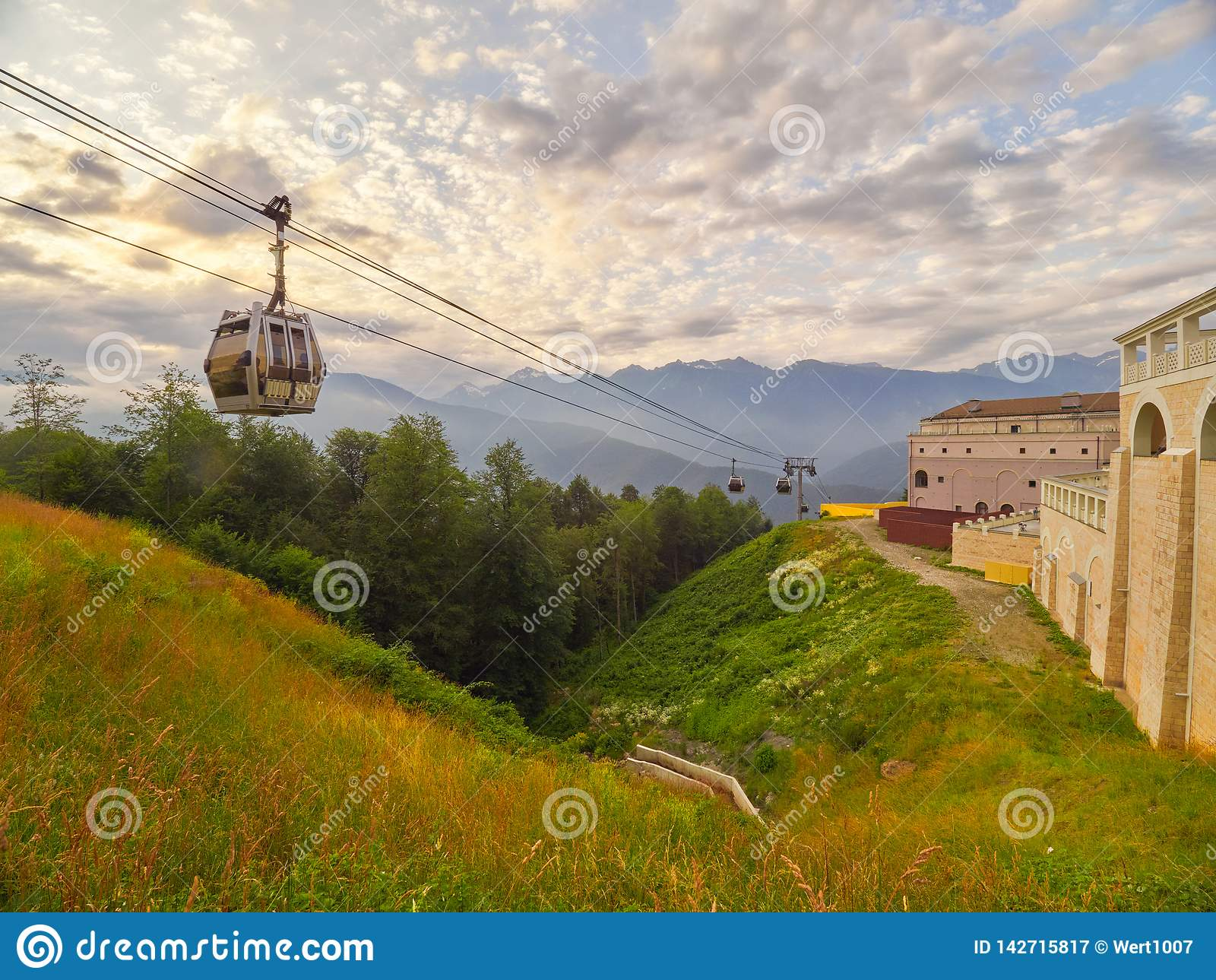 在山的空中览绳在日落期间的夏天