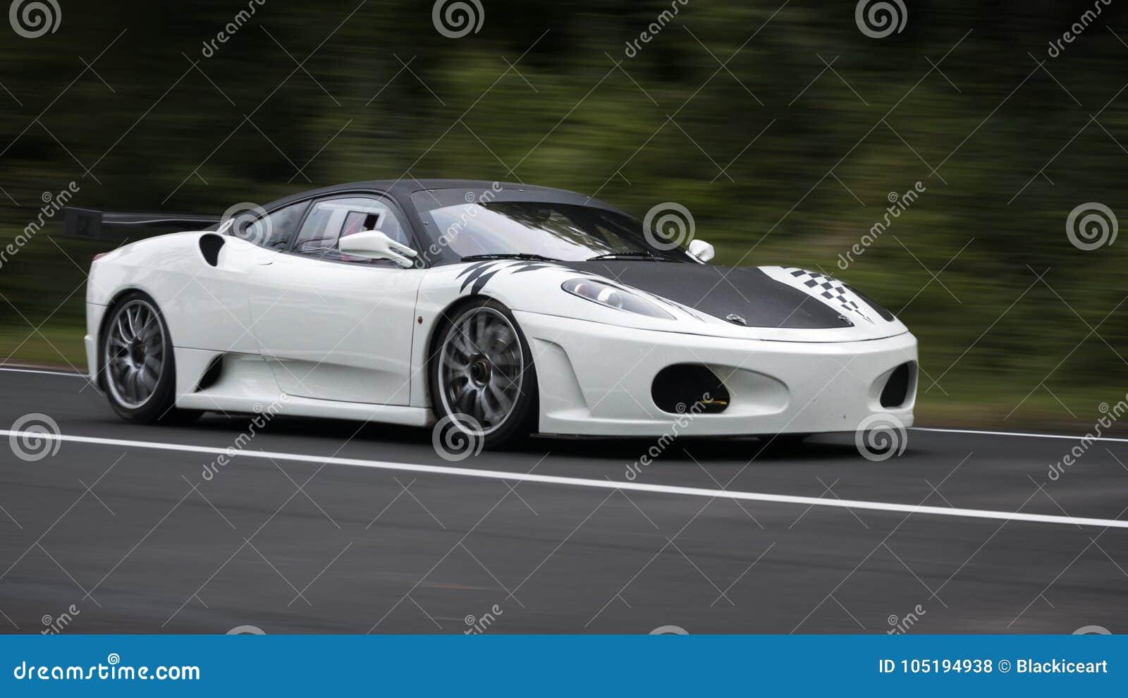在山路摇摄的白色跑车