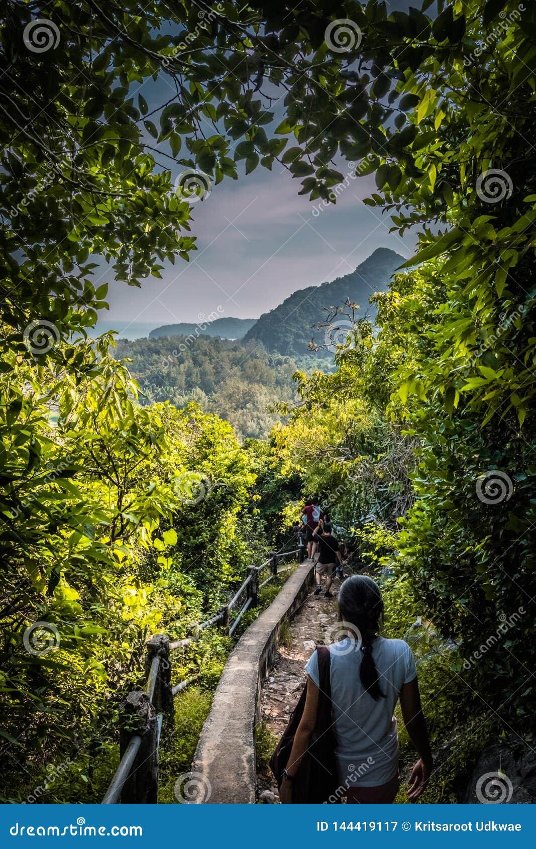 在山道路的妇女步行向Phraya洛坤洞在Pranburi
