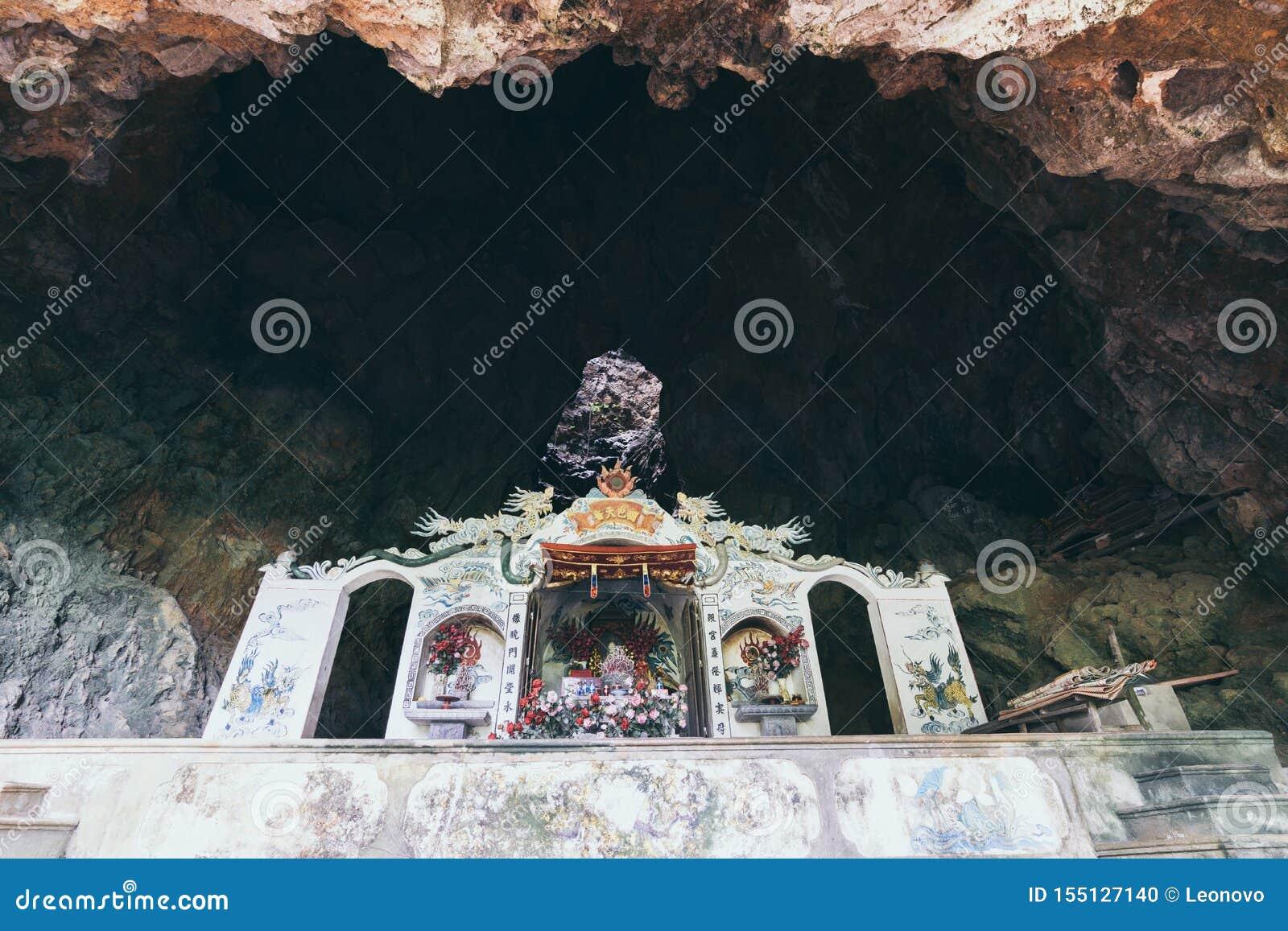 在岩石洞里面的传统越南寺庙在宁平市省,越南