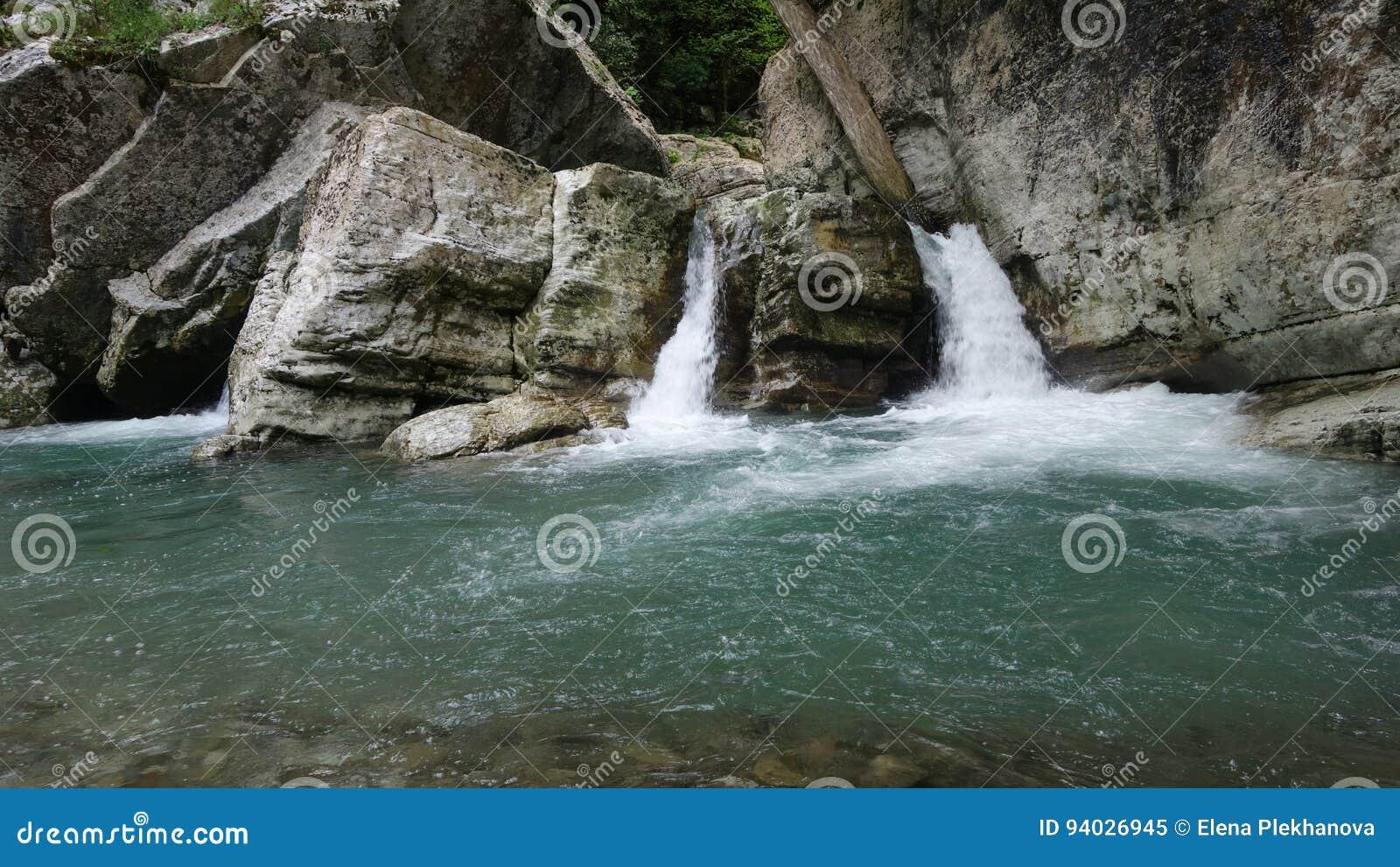 在岩石的两瀑布