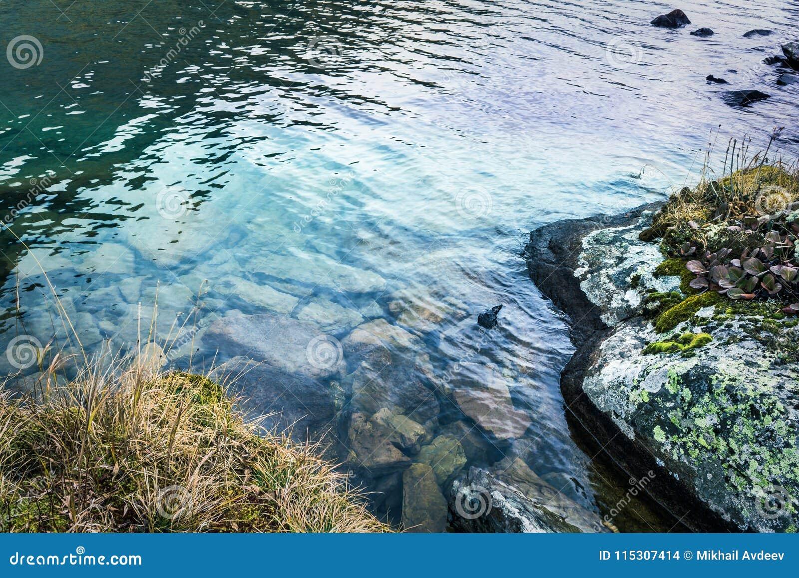 在岩石的山小河