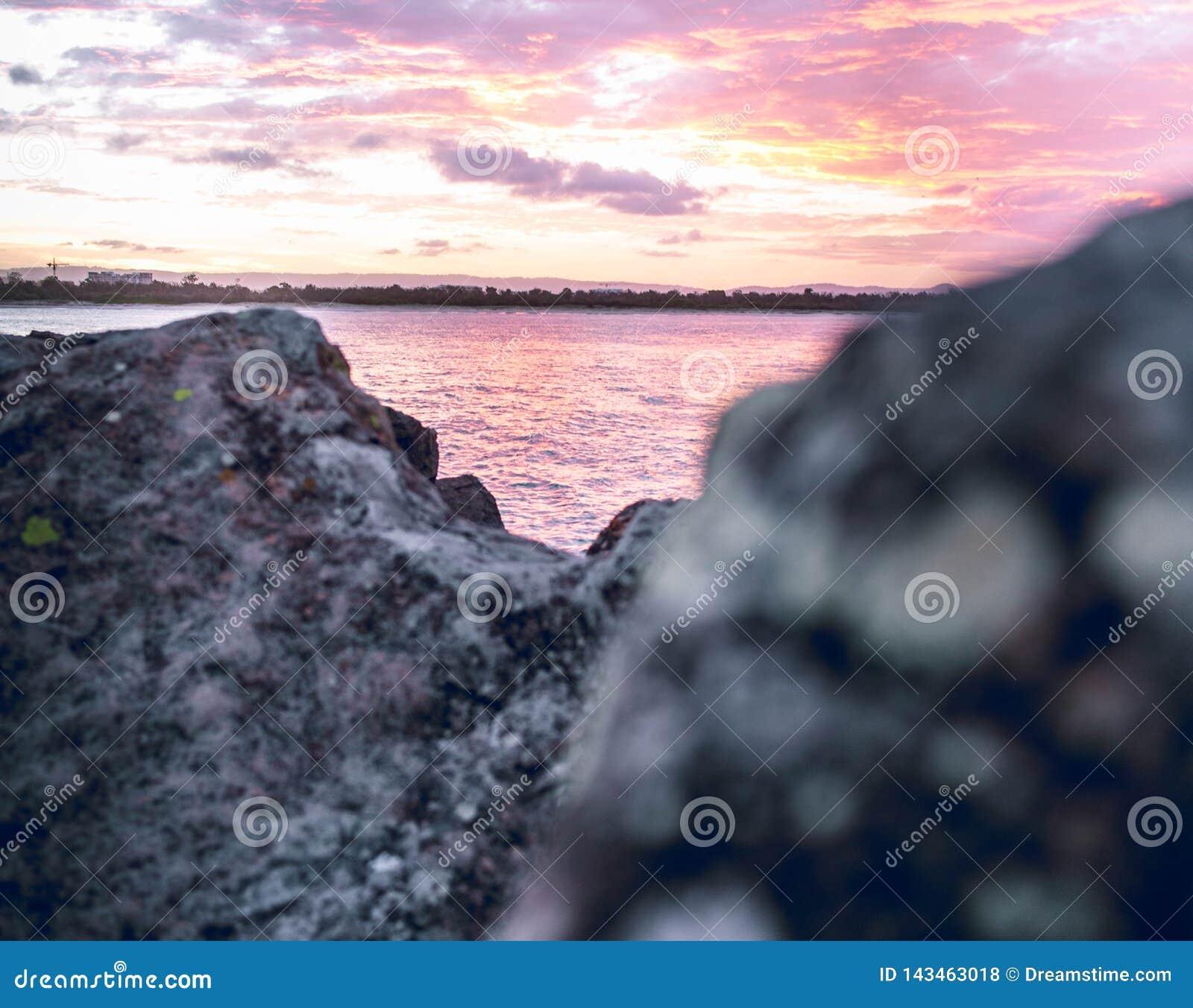 在岩石的桃红色天空