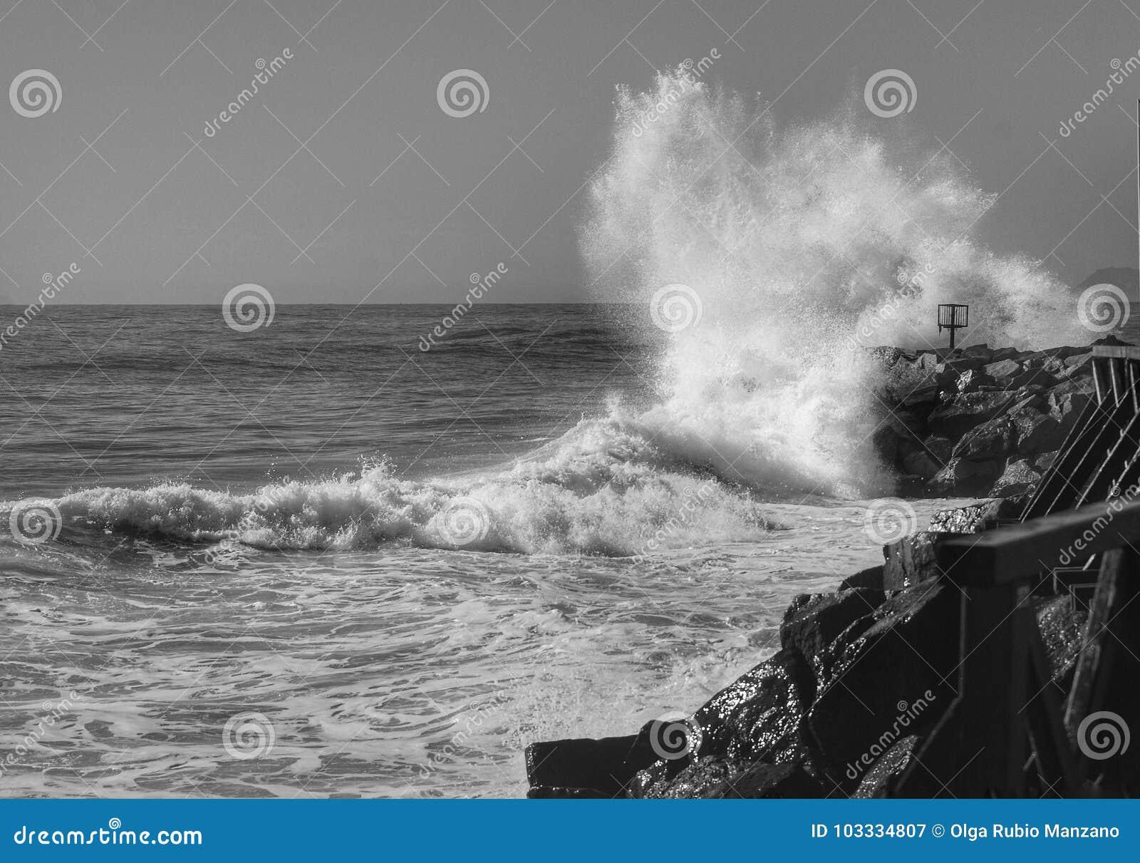 在岩石的波浪断裂
