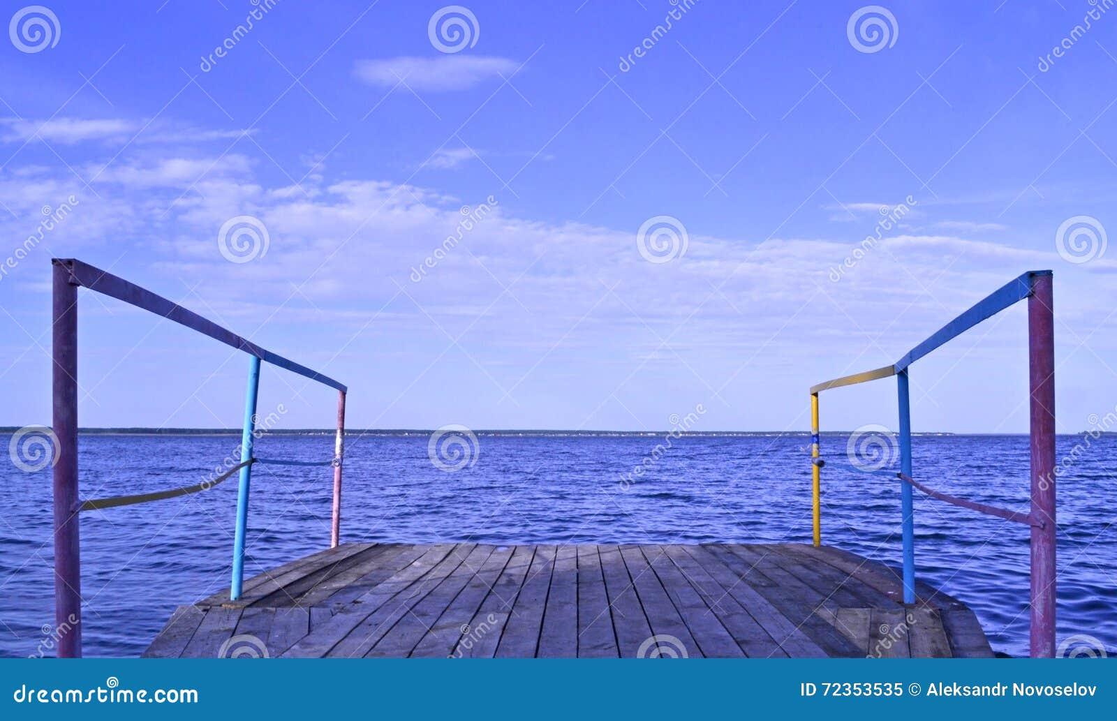 在岸的跳船在好天气