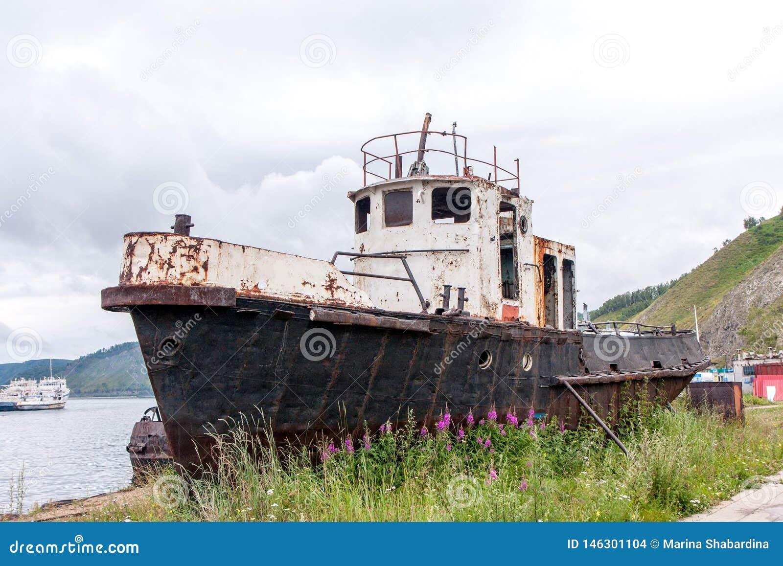在岸附近的老生锈的渔船