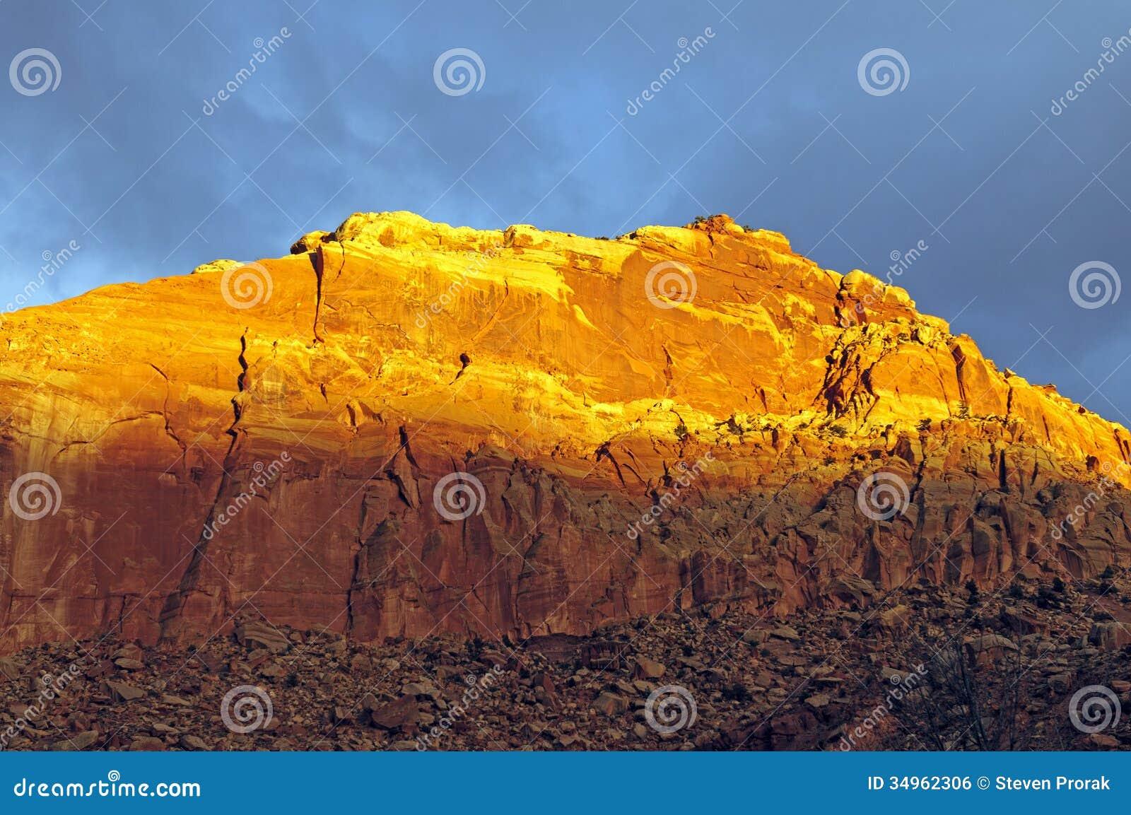 在峡谷屏障上的红色焕发