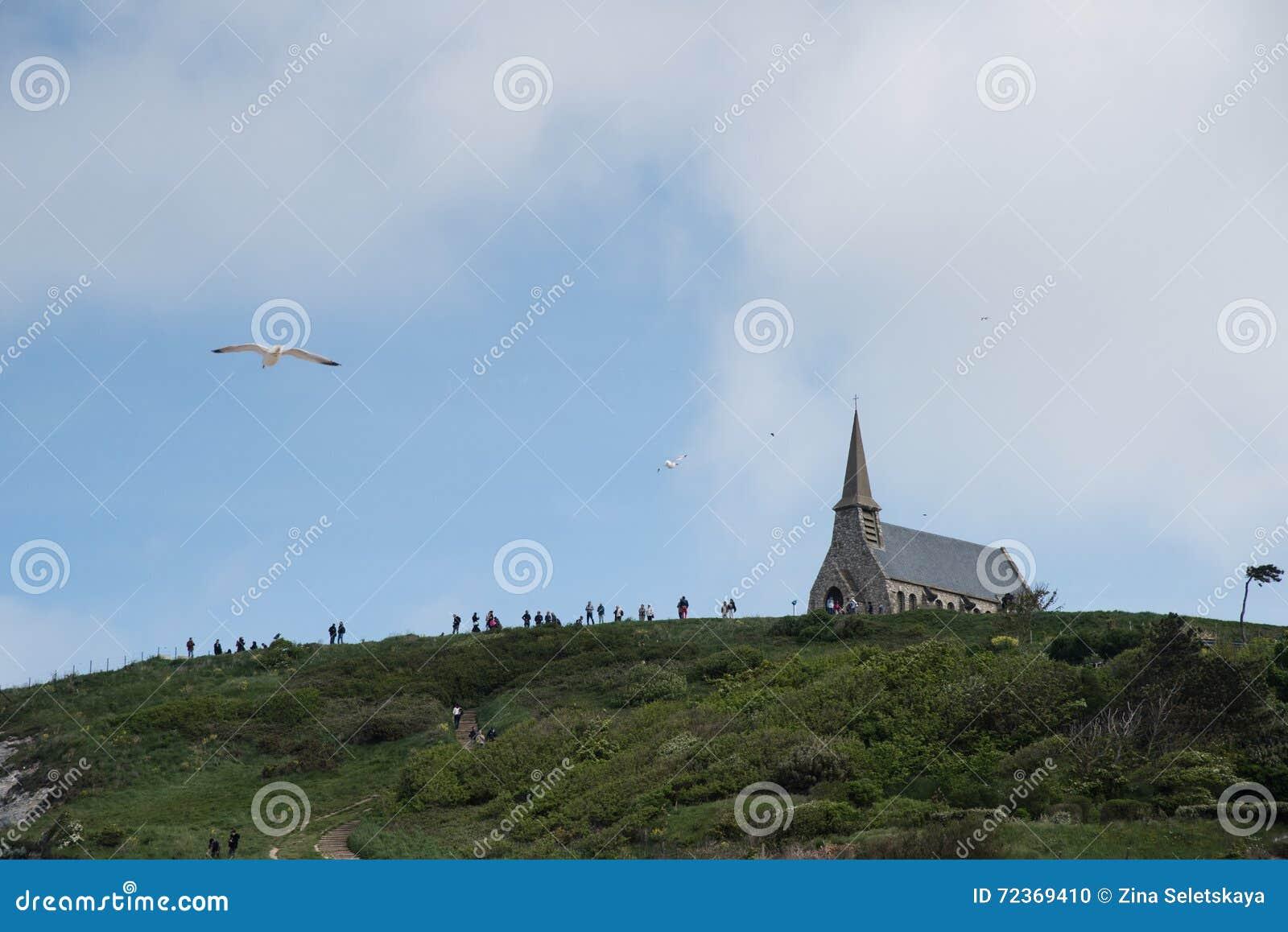 在峭壁的教会在Etretat,诺曼底法国