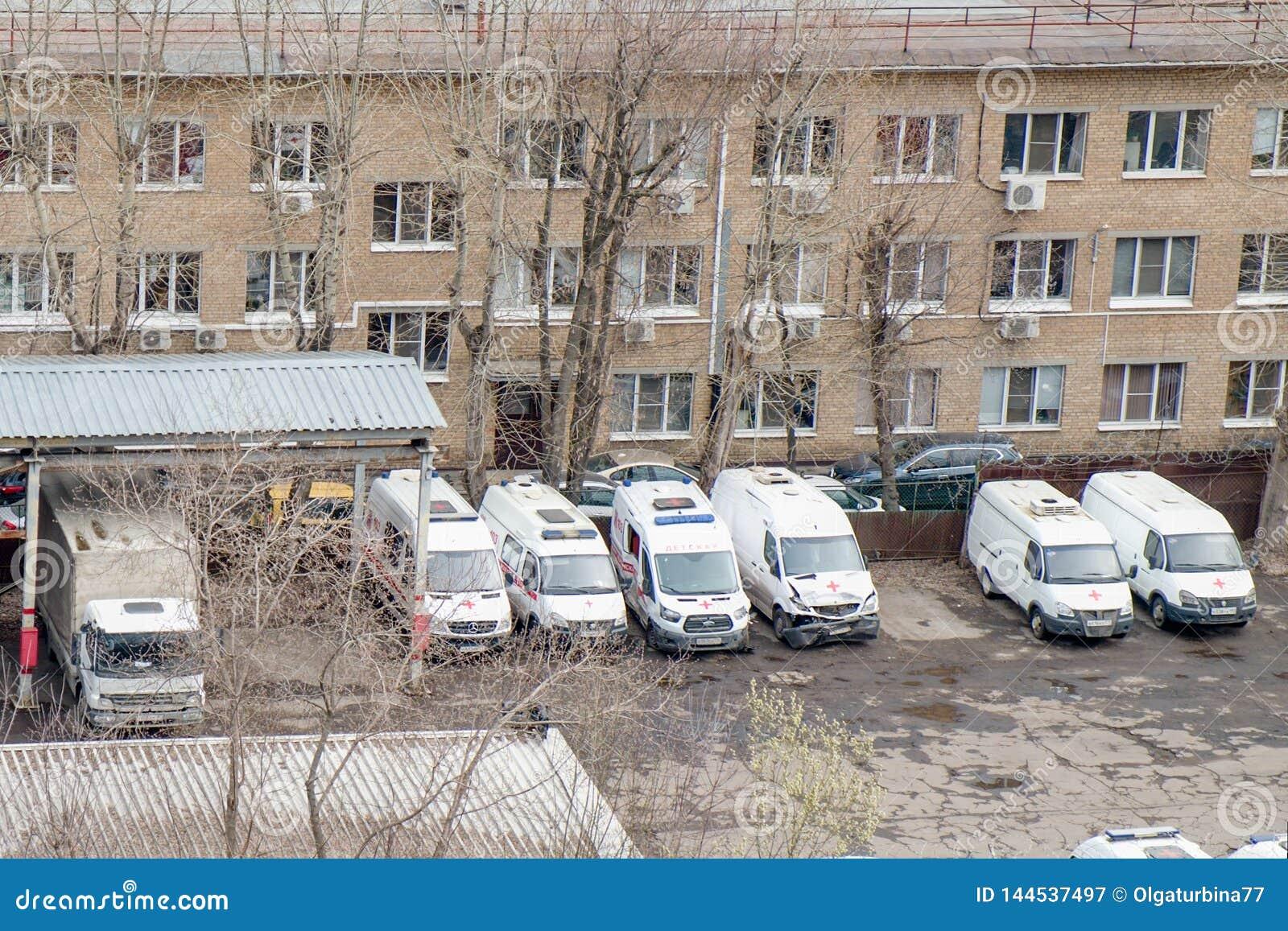 在崩溃事故以后的几辆残破的救护车在修理驻地,莫斯科,俄罗斯,2019年4月