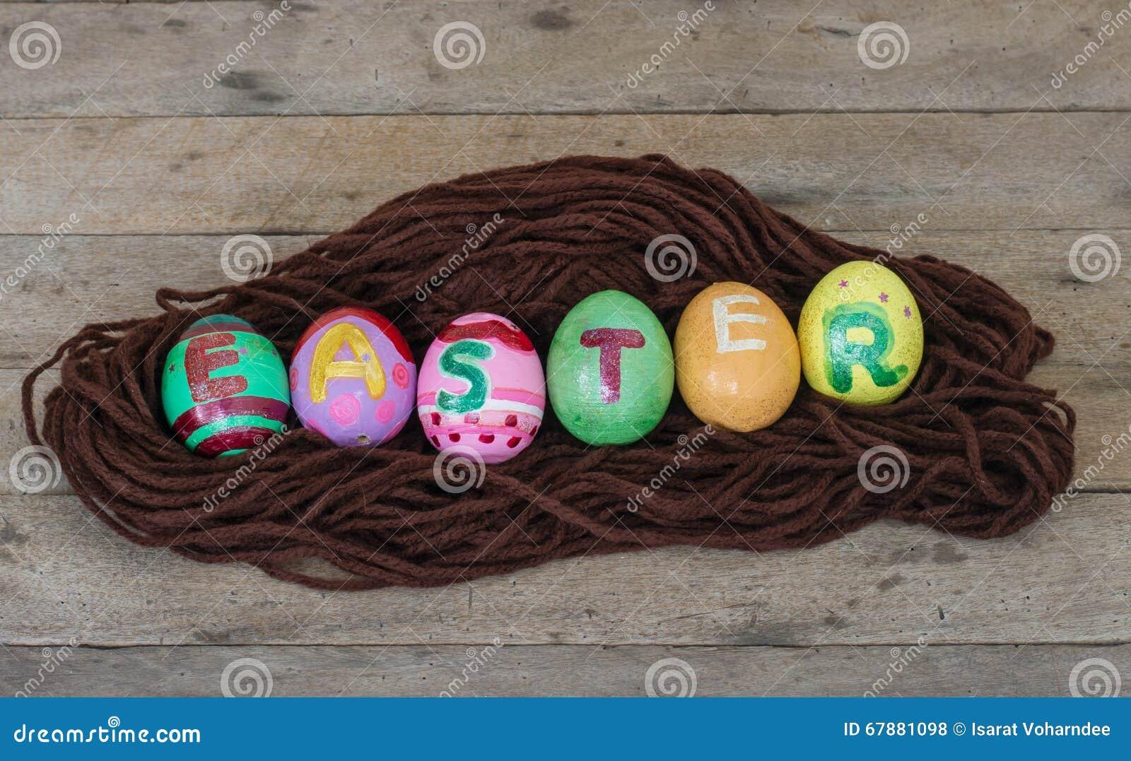 在巢的复活节彩蛋在木