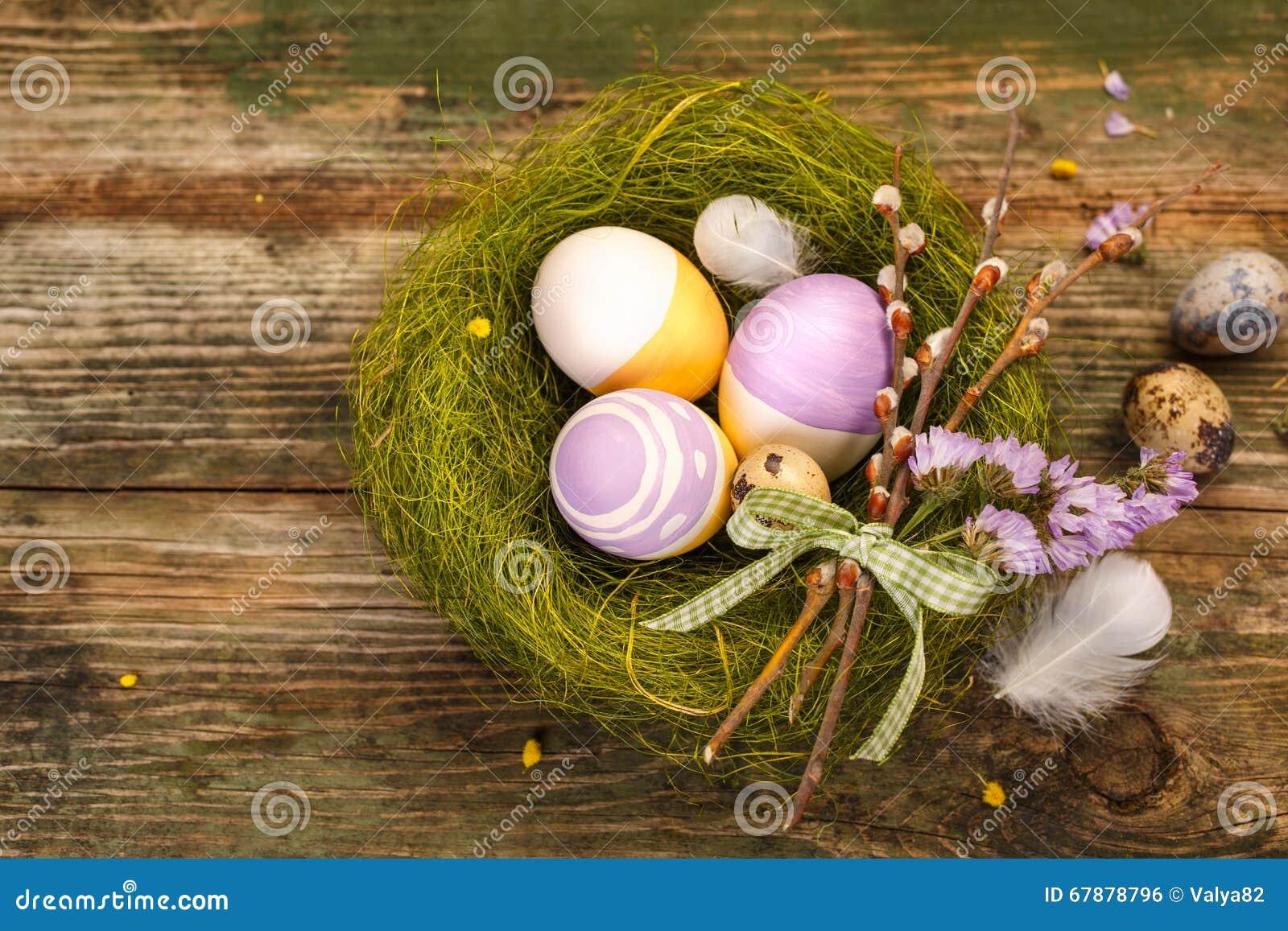 在巢的被绘的复活节彩蛋