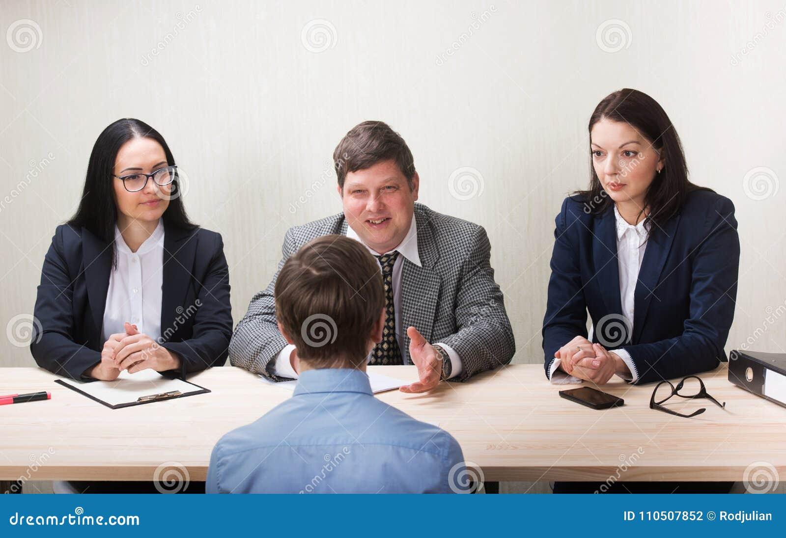 在工作面试中的年轻managemen的人和成员
