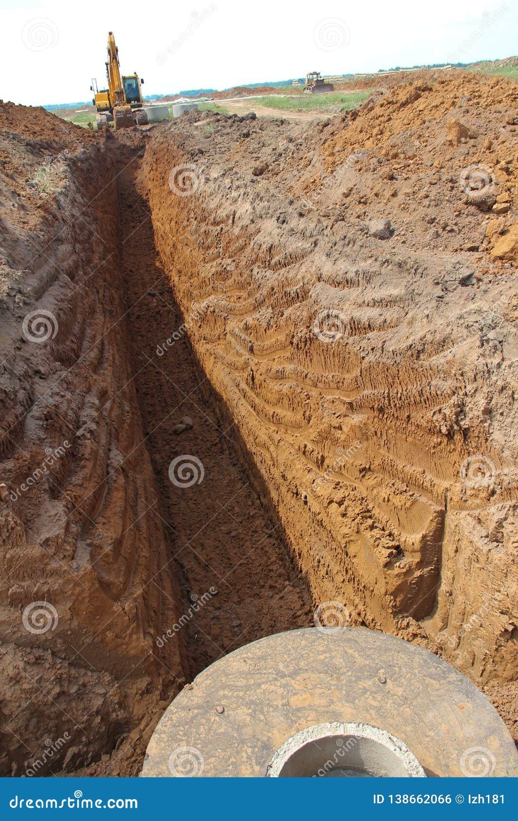 在工地工作的履带牵引装置挖掘机
