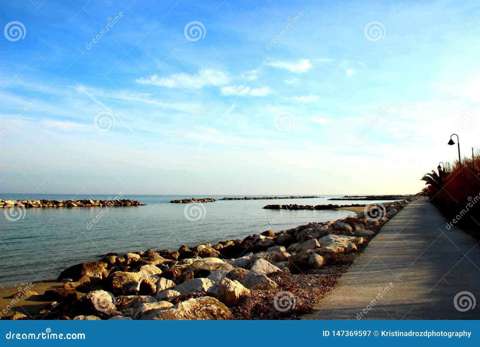 在巨型的岩石包围的亚得里亚海附近的散步