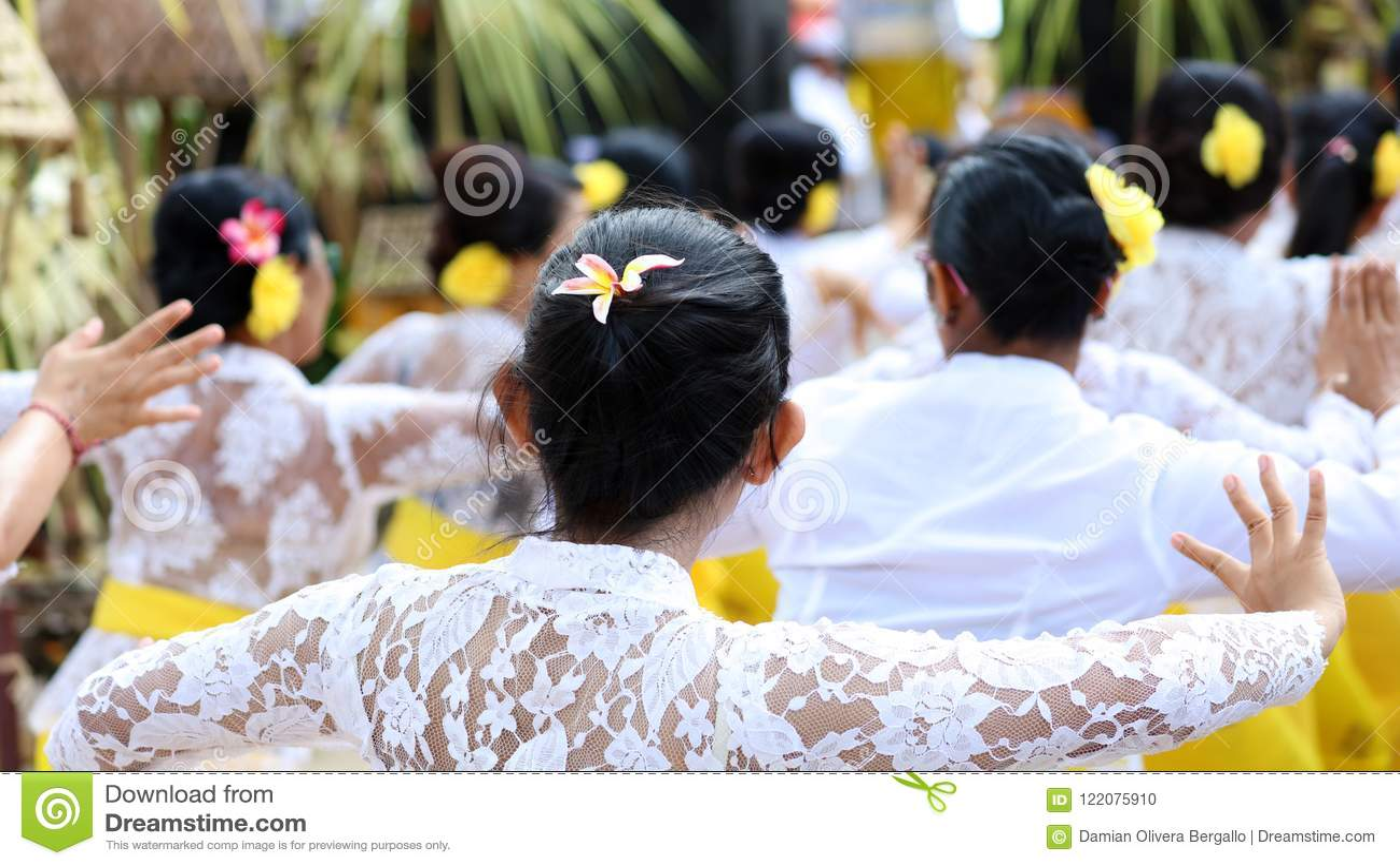 在巴厘岛印度尼西亚,宗教仪式的印度庆祝有黄色和白色颜色的,妇女跳舞