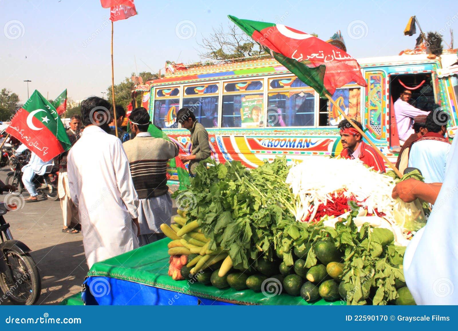 在巴基斯坦pti集会街道之外的食物卡拉
