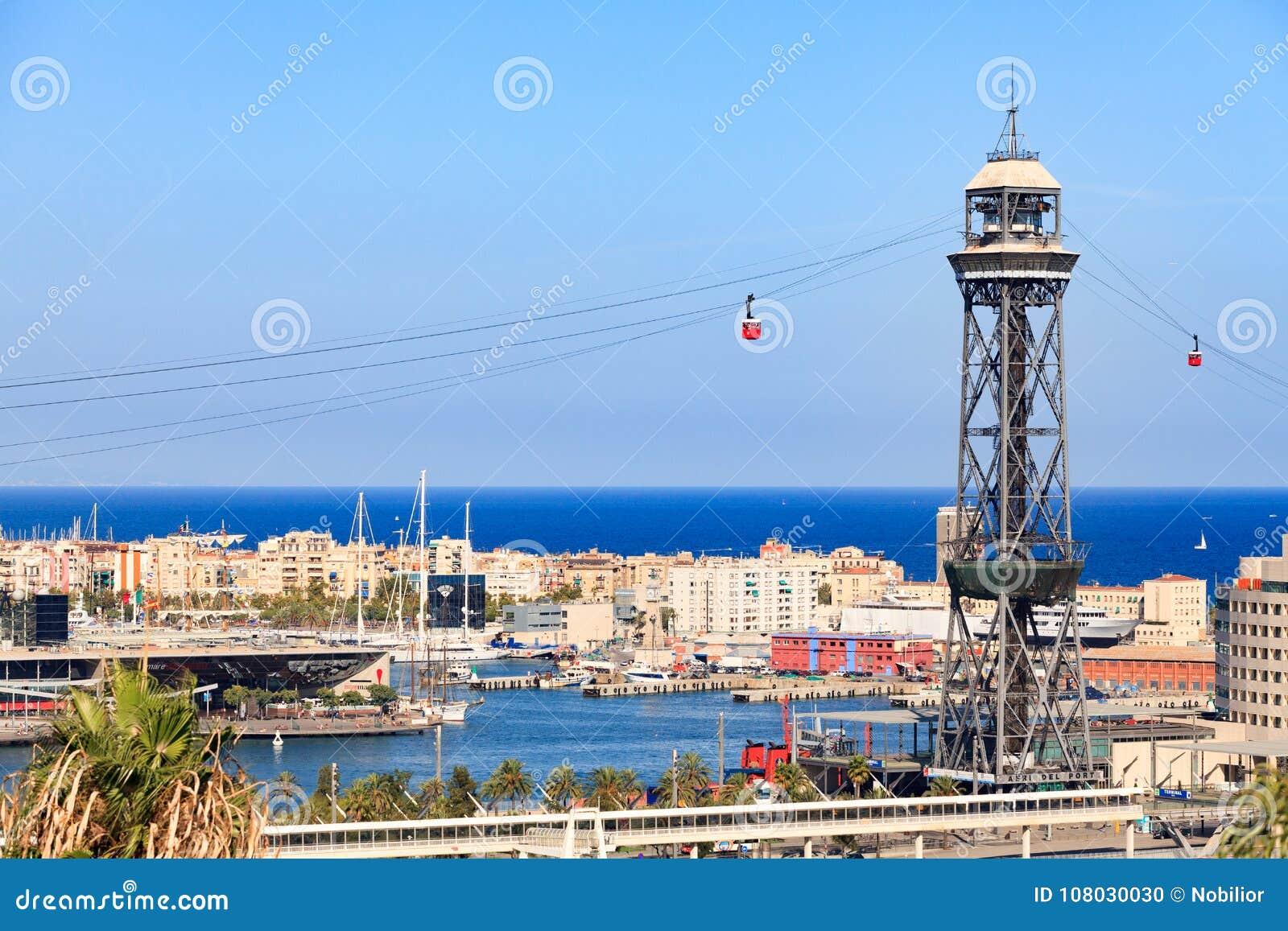 在巴塞罗那市的背景的缆车塔