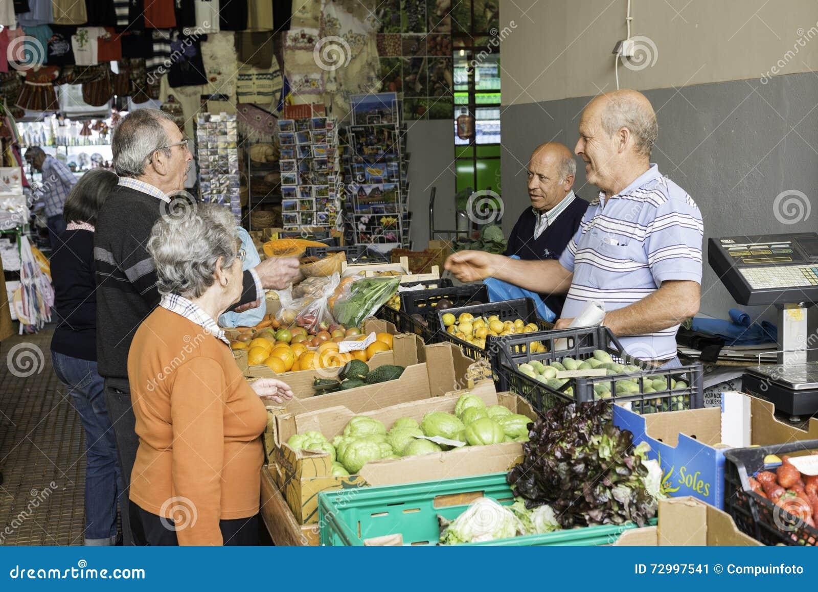 在市场上的人买的果子