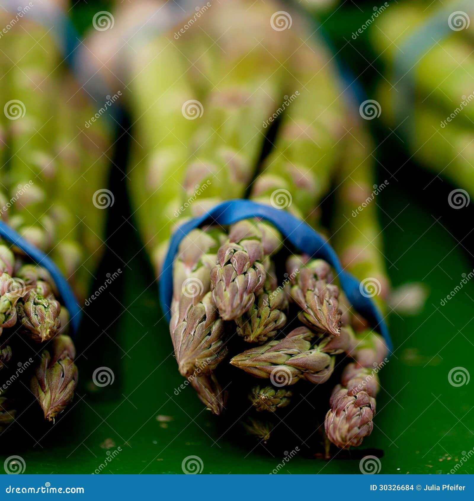 在市场上的新鲜的季节性芦笋