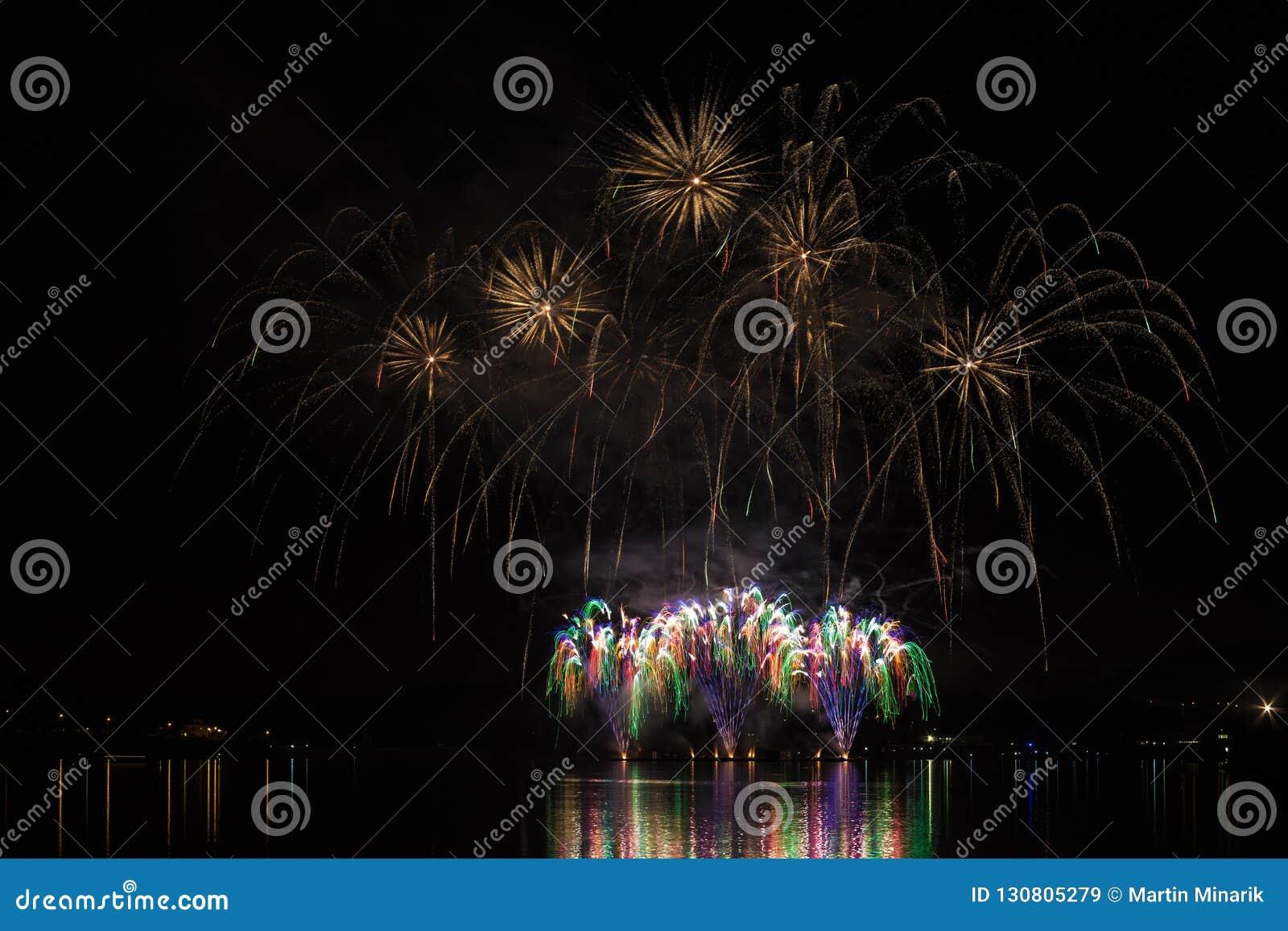 在布尔诺的水坝表面的富有和五颜六色的烟花有湖反射的