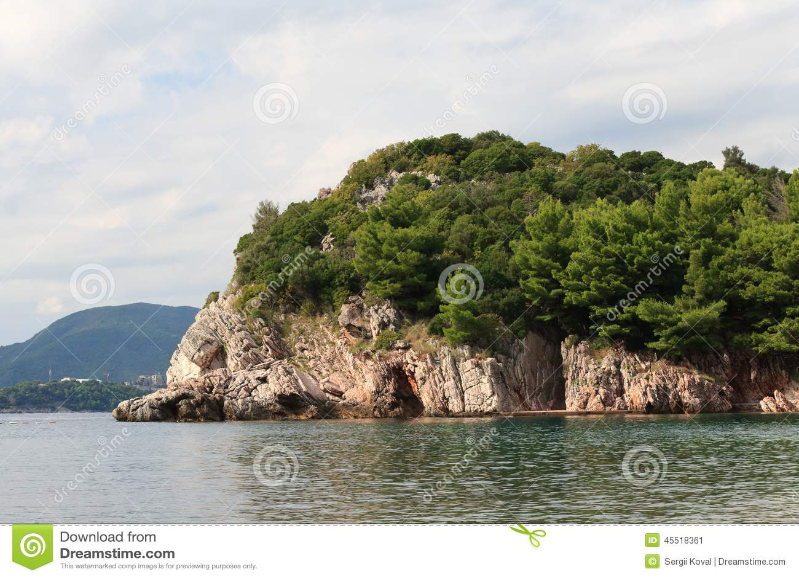 在布德瓦里维埃拉的美丽如画的岩石在黑山
