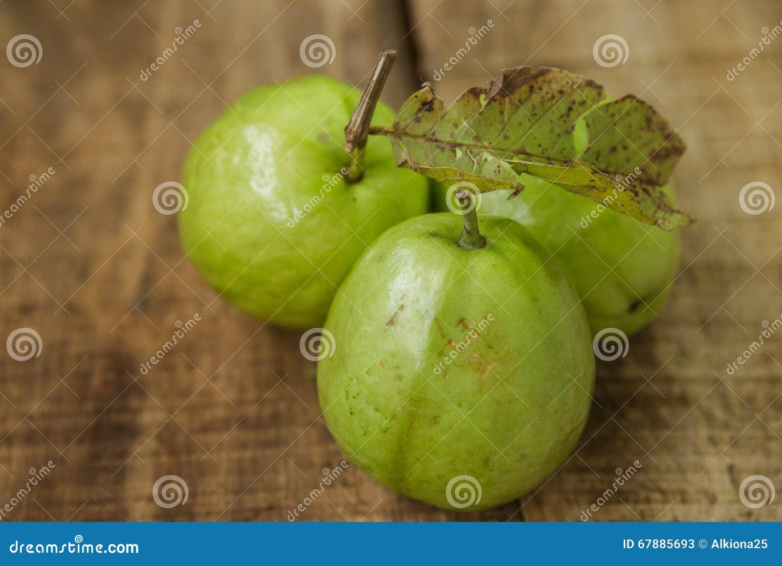 在布朗表上的特写镜头三成熟绿色番石榴