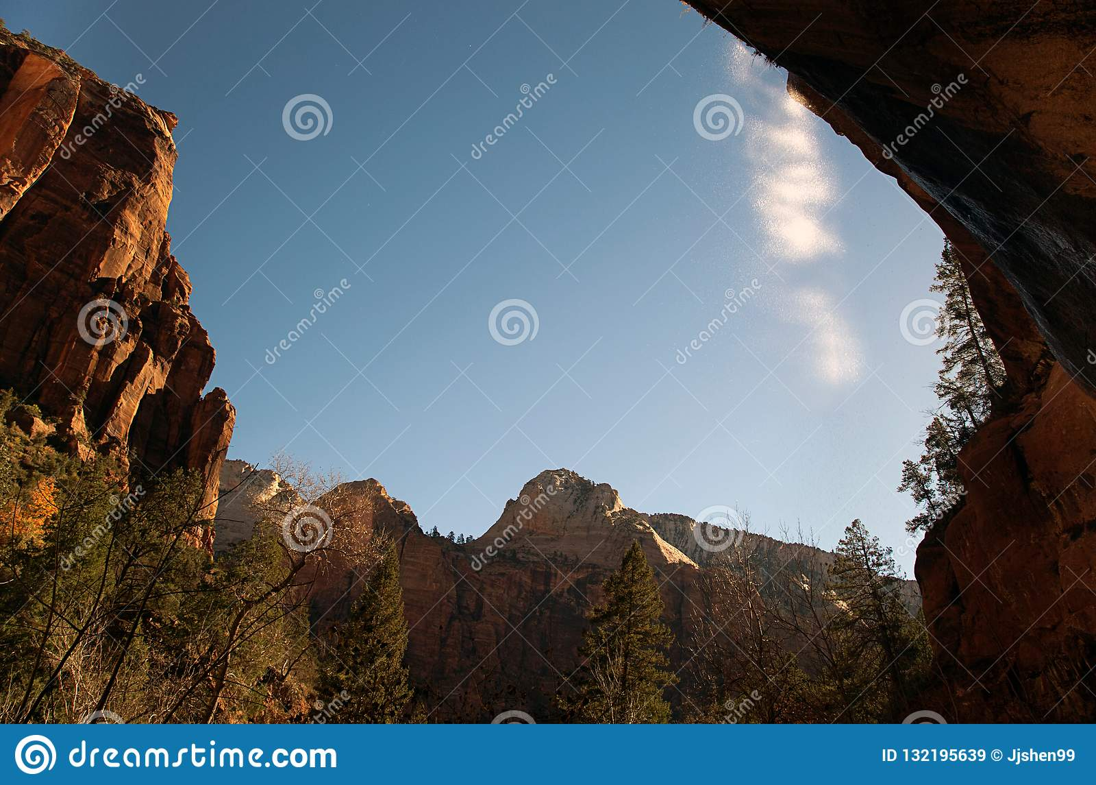 在布莱斯峡谷国立公园的场面在与水秋天的冬天