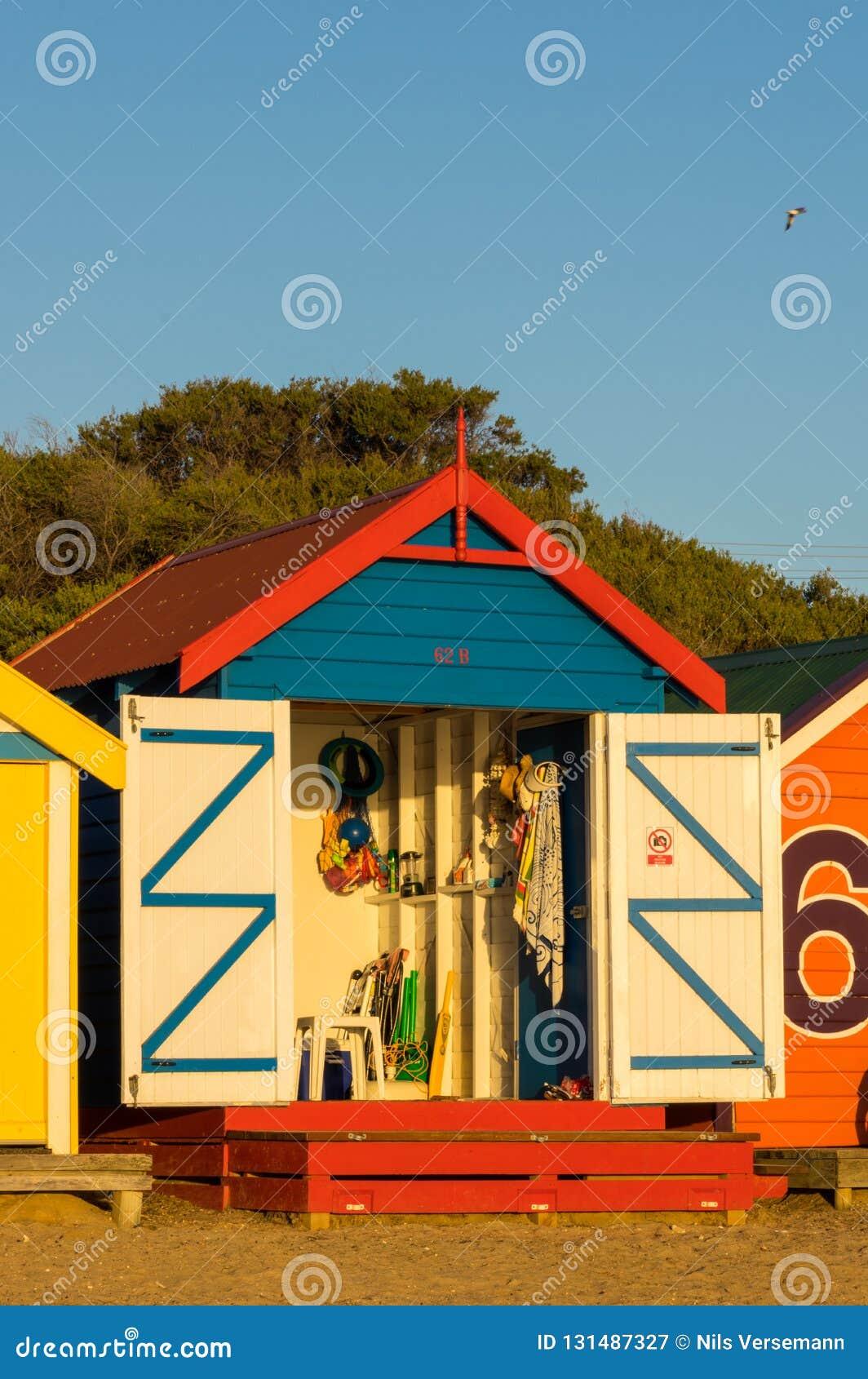 在布赖顿海滩,墨尔本的五颜六色的沐浴的箱子