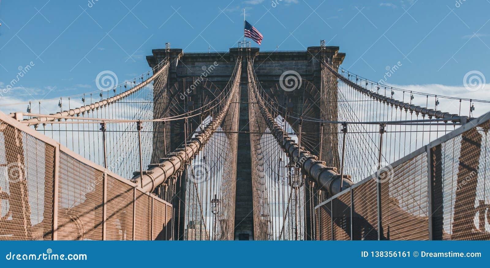 在布鲁克林大桥,纽约的对称