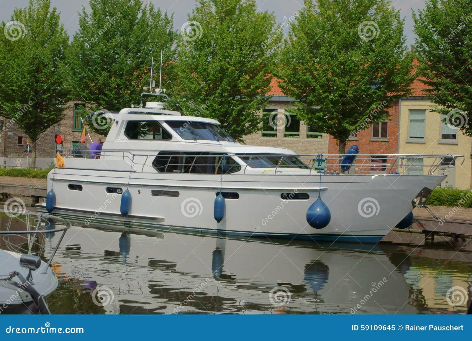 在布鲁基运河的游艇
