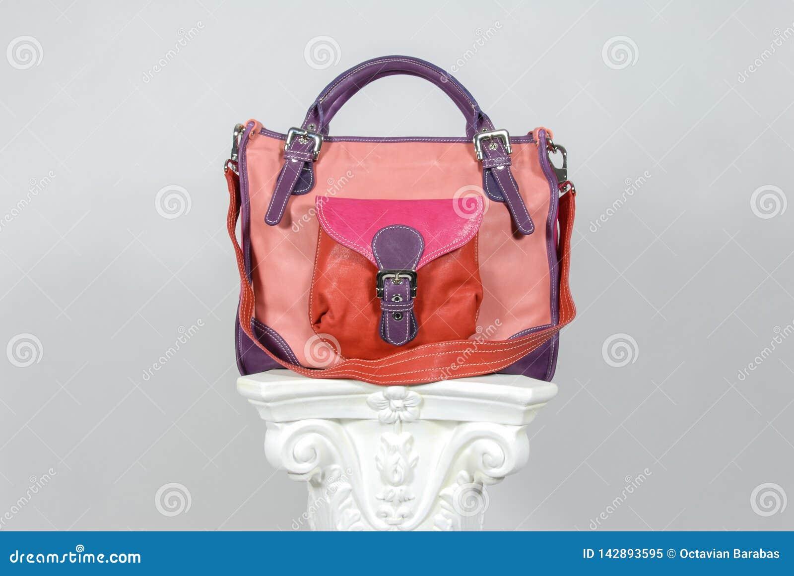 在希腊专栏的被摆正的五颜六色的皮革提包