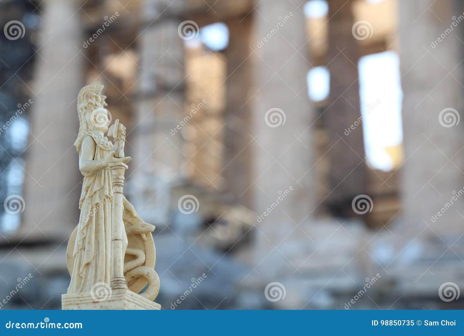 在帕台农神庙前面的雅典娜