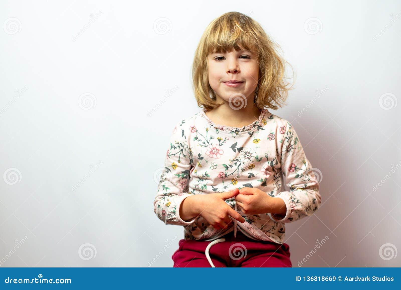 在干净的背景的学龄前女孩演播室画象