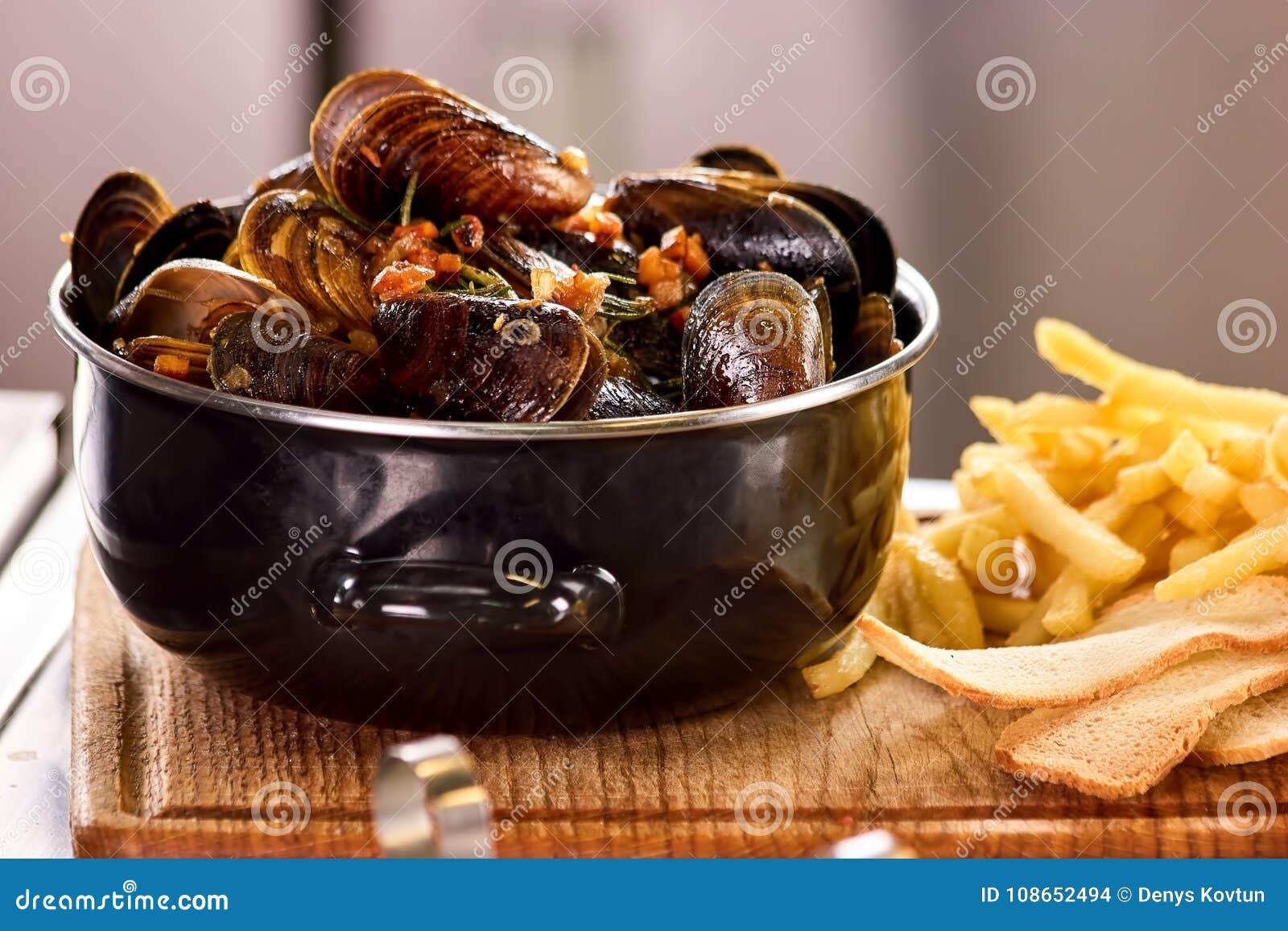 在平底深锅的特写镜头淡菜