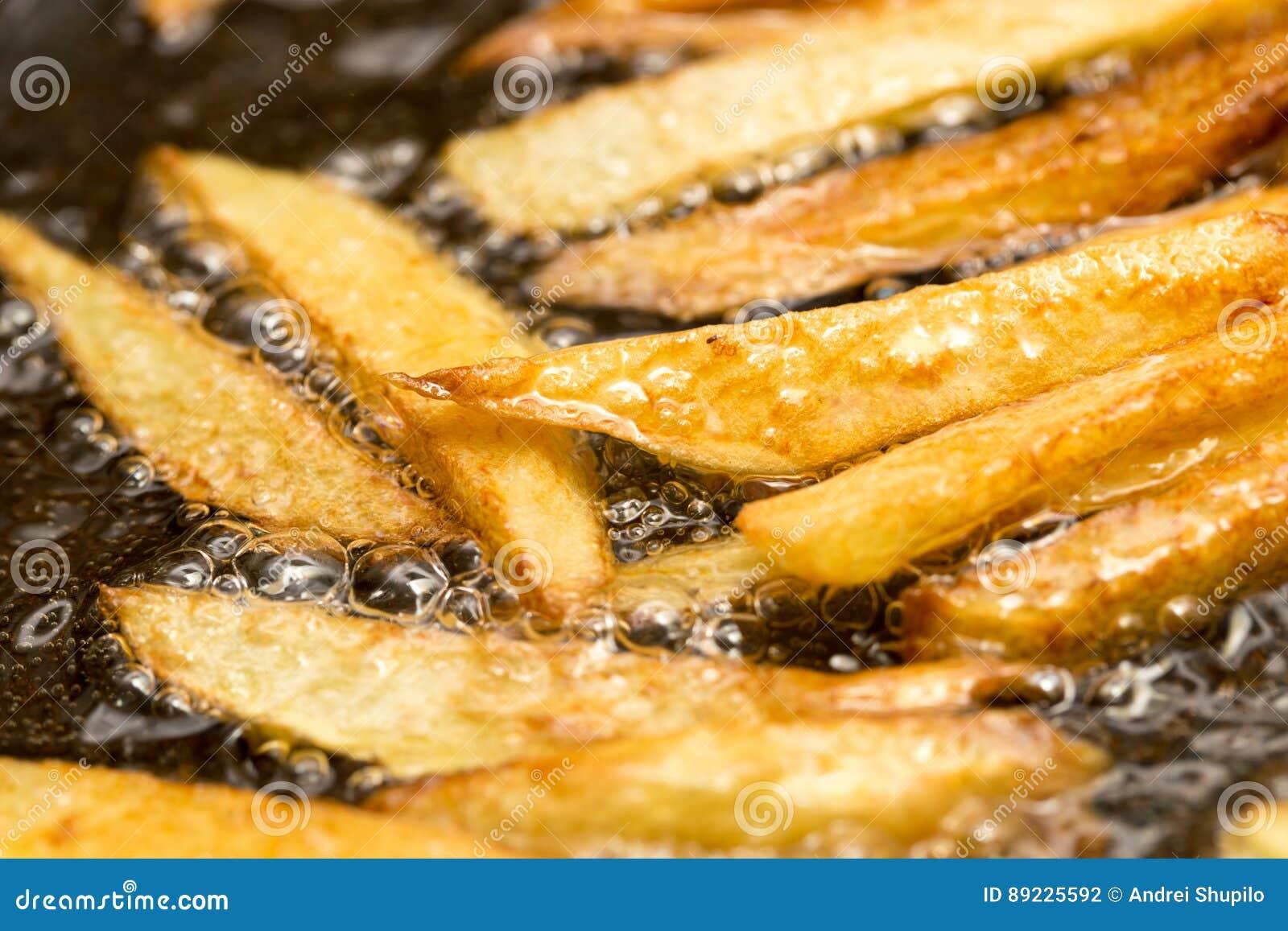 在平底锅油煎的炸薯条
