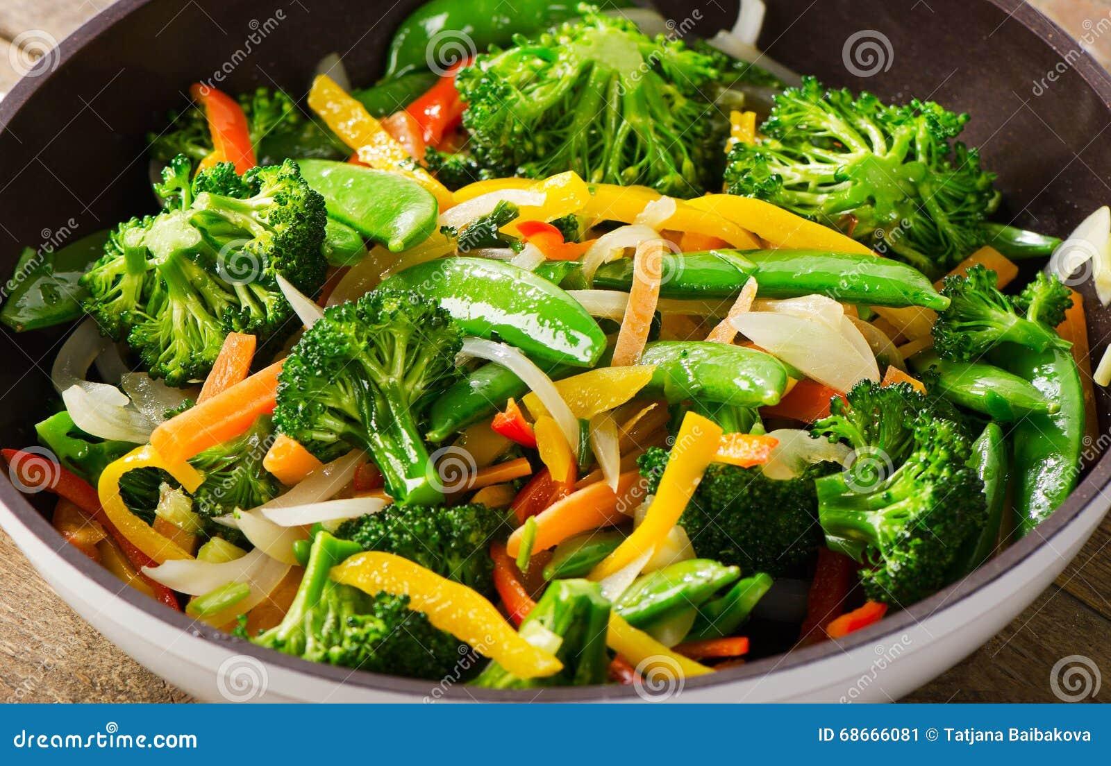 在平底锅的菜混乱油炸物