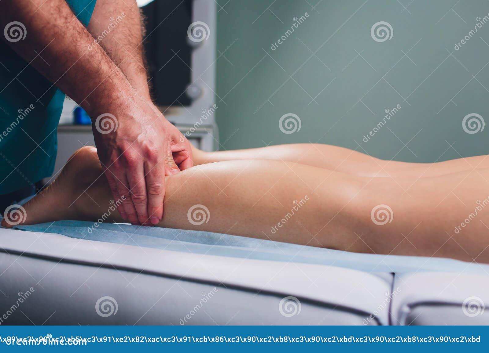 在年轻女人的腿的反脂肪团按摩