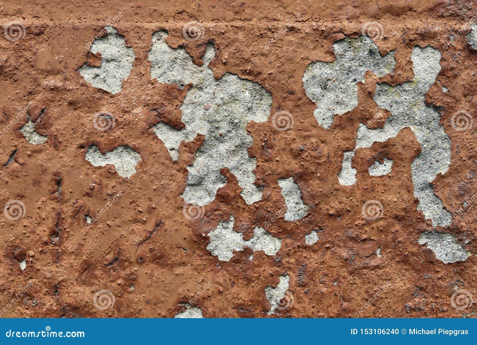 在年迈的和被风化的混凝土墙上的接近的看法有在高分辨率的镇压的
